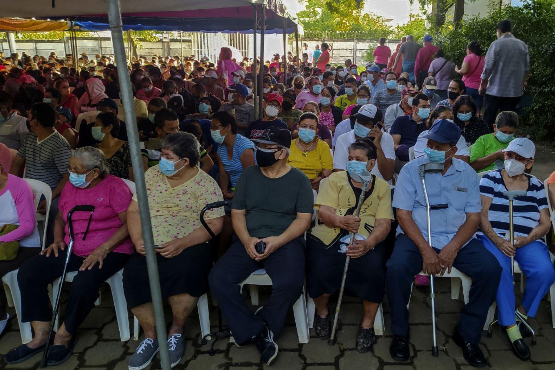 La gente espera horas para vacunarse contra el covid-19 con la vacuna Sputnik V en el Hospital Manolo Morales de Managua, Nicaragua. Foto: AFP