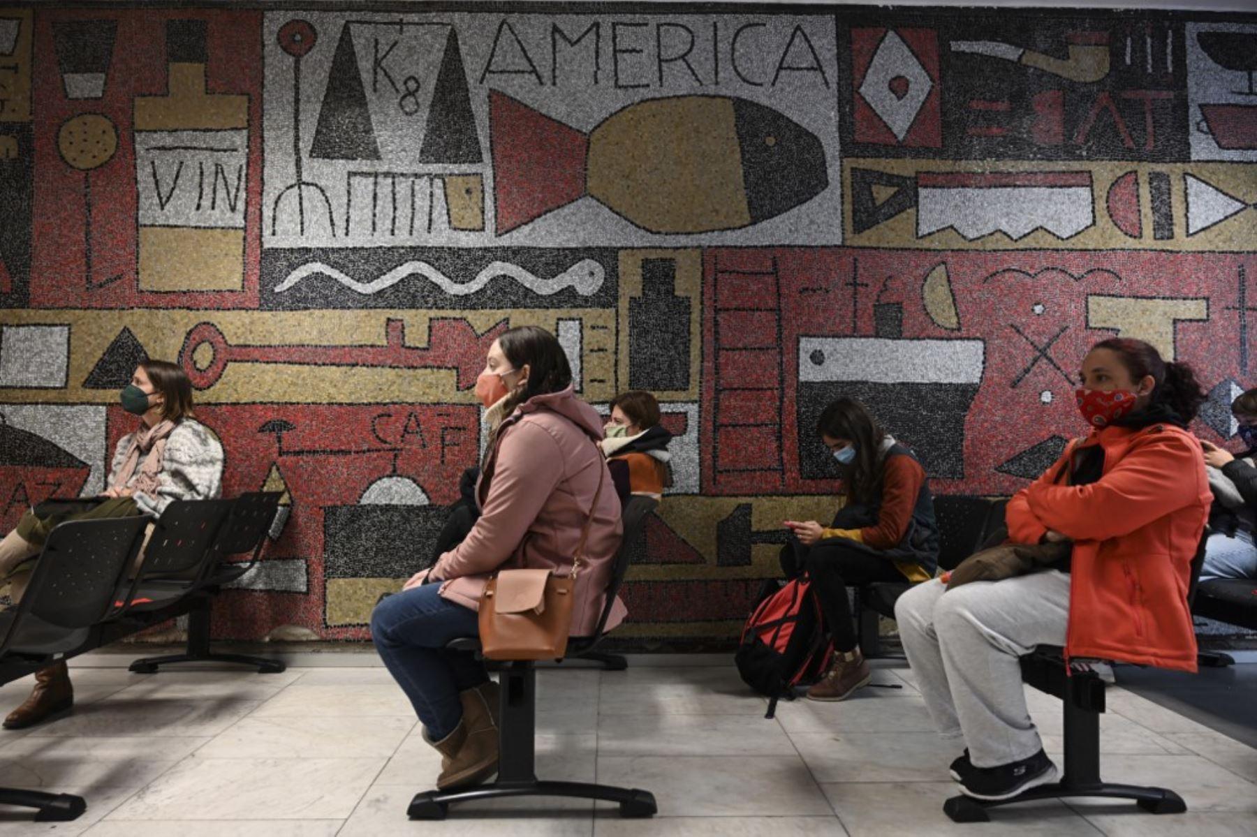 La gente espera recibir una dosis de la vacuna Pfizer-BioNtech COVID-19 en Montevideo, Uruguay. Foto: AFP