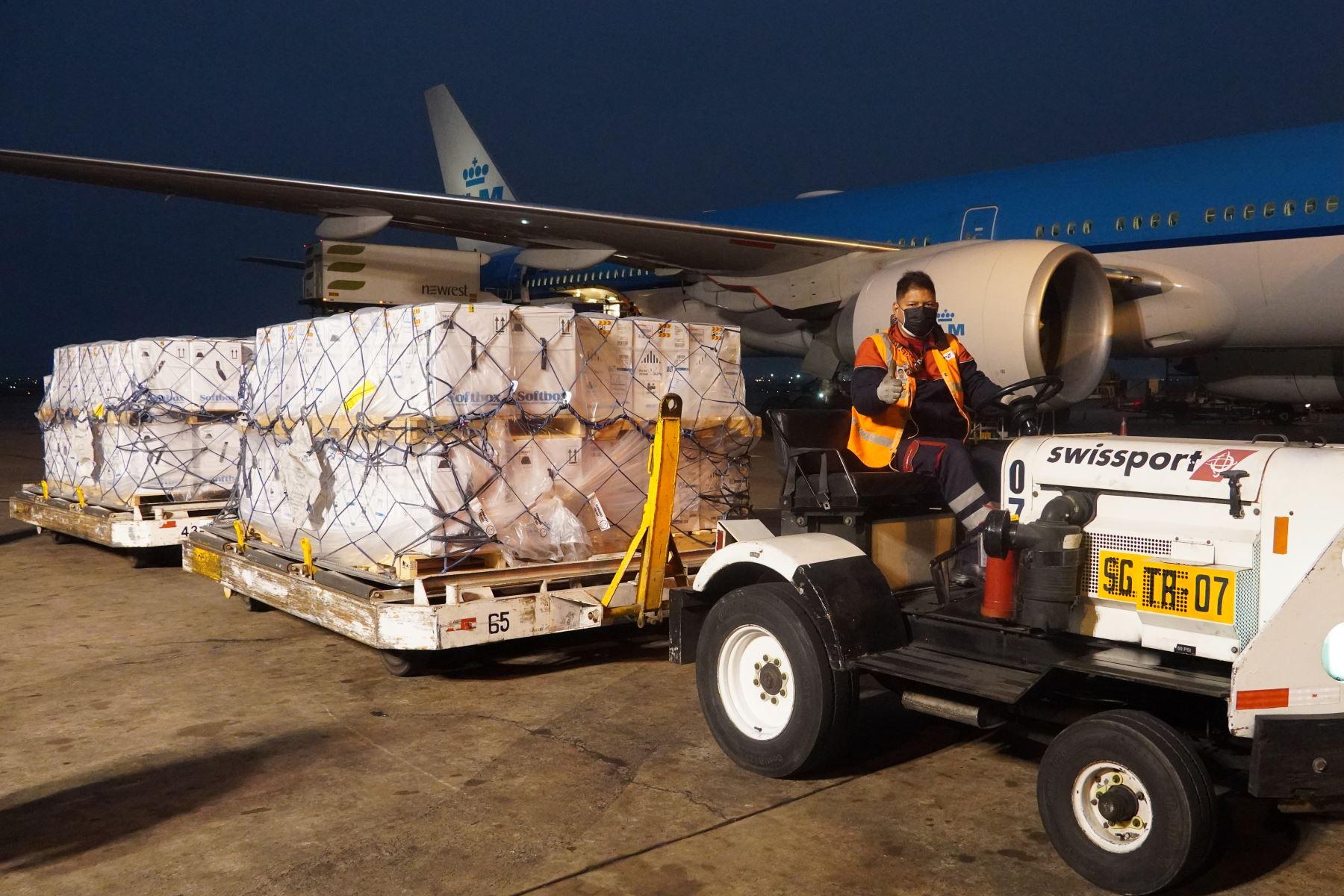 Llegó al país un lote de 748,800 dosis de vacunas contra la covid-19 que forman parte de las 13 millones que llegarán durante setiembre para proteger a los peruanos de una posible tercera ola de la covid-19. Foto: Minsa