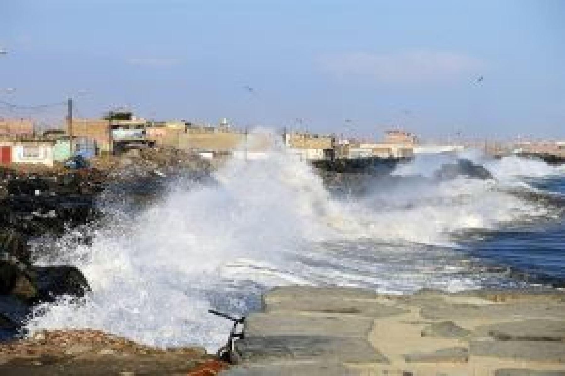 Recomiendan suspender actividades portuarias y de pesca por oleajes anómalos