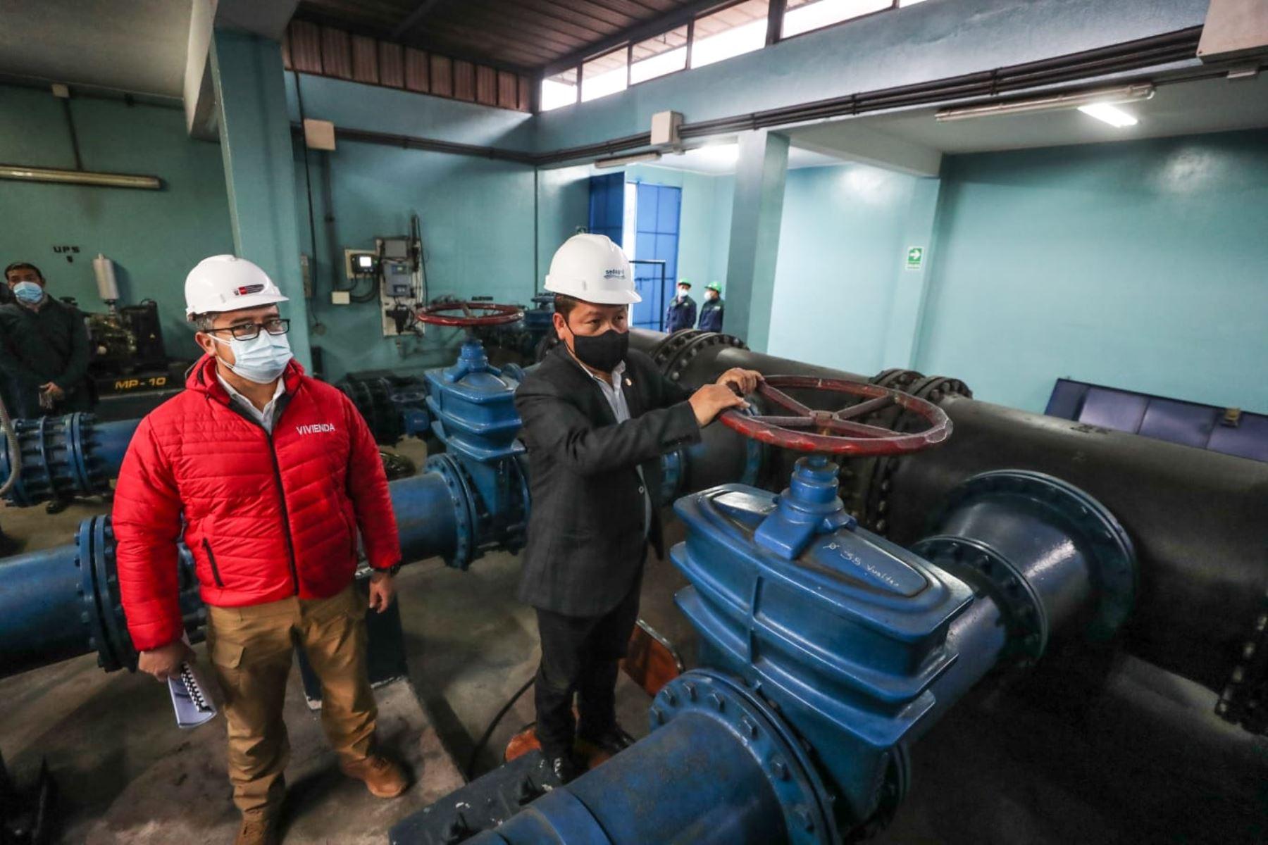 El titular de la PCM, Guido Bellido, junto al ministro de vivienda y el presidente de directorio de Sedapal, se encuentran en San Juan de Lurigancho para supervisar el abastecimiento de agua y las obras de restablecimiento del servicio. Foto: PCM