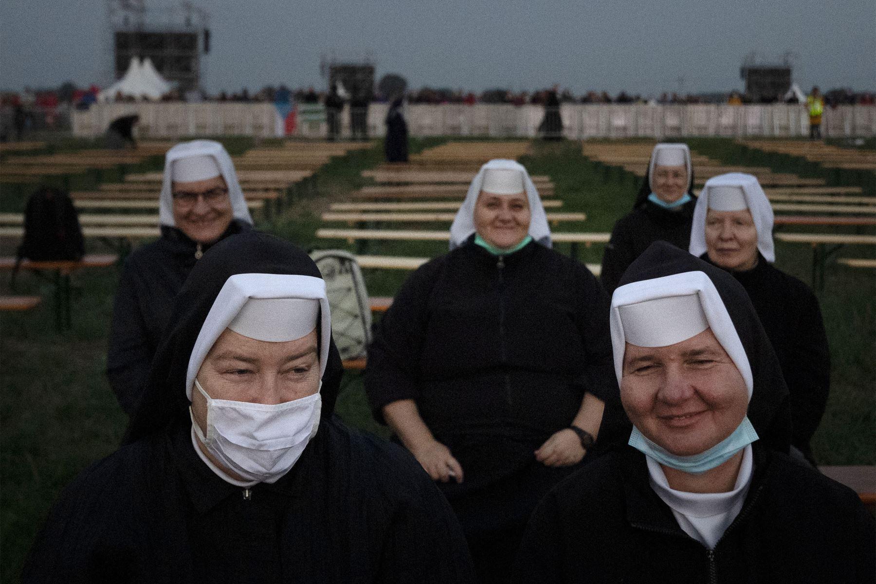 Las monjas esperan temprano en la mañana en el lugar de la Santa Misa al aire libre que celebrará el Papa Francisco en el Santuario Nacional en Sastin-Straze, a unos 70 km al norte de la capital eslovaca, Bratislava. Foto: AFP
