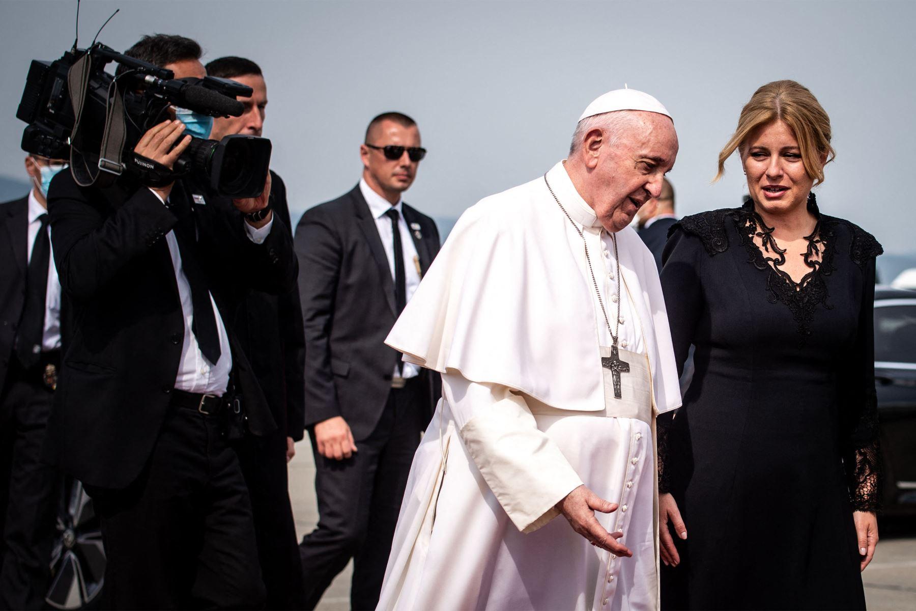 La presidenta eslovaca Zuzana Caputova da la bienvenida al Papa Francisco cuando Ge se baja de una limusina antes de su partida en el aeropuerto internacional Milan Rastislav Stefanik de Bratislava en  Eslovaquia. Foto: AFP