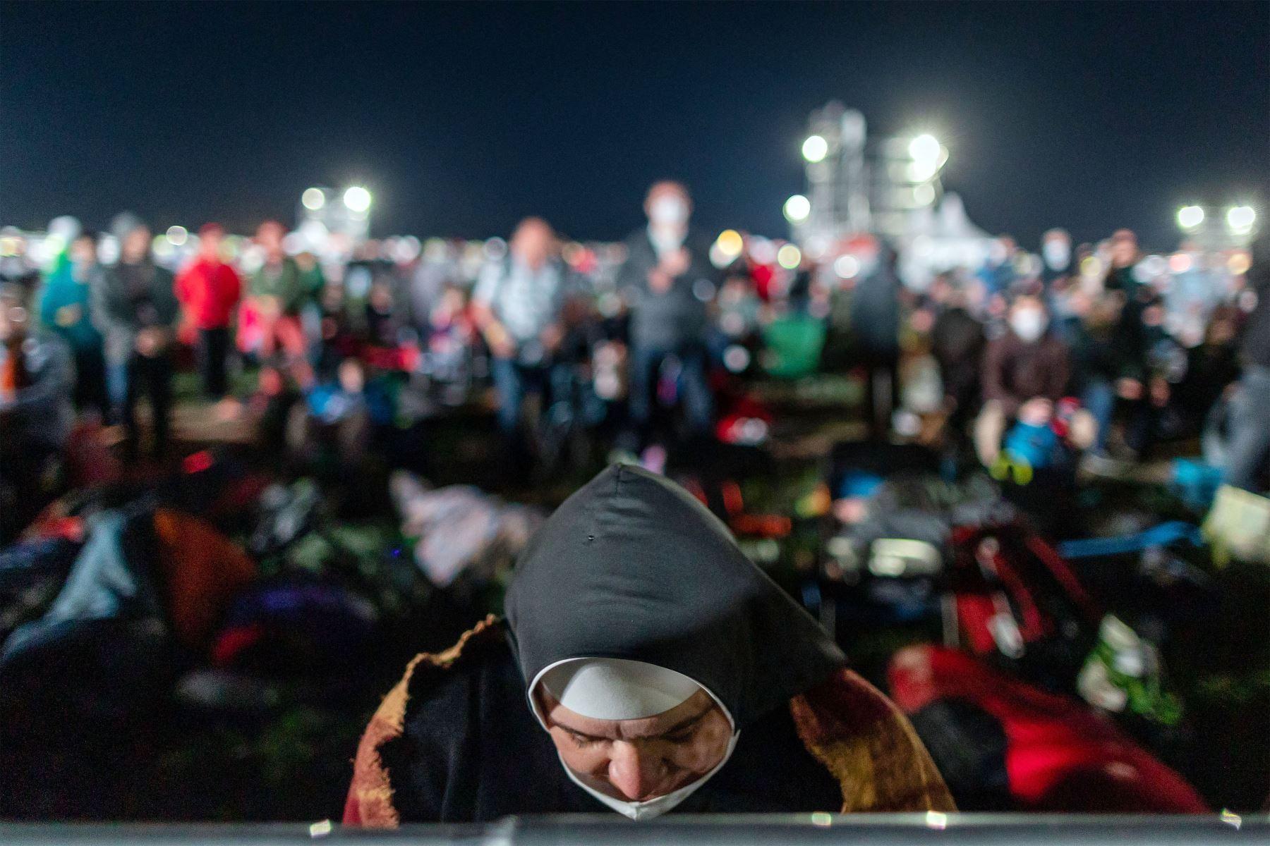 Los fieles que acamparon durante la noche esperan en el lugar de la Santa Misa al aire libre que celebrará el Papa Francisco en el Santuario Nacional en Sastin-Straze, a unos 70 km al norte de la capital eslovaca, Bratislava. Foto: AFP