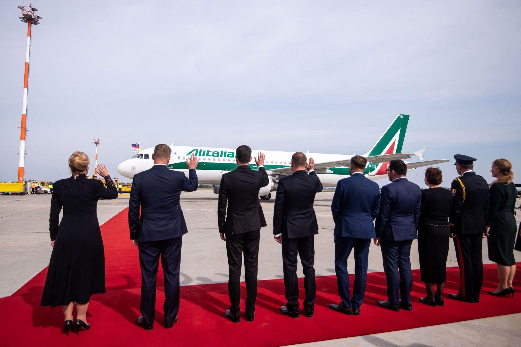 La presidenta eslovaca Zuzana Caputova  y otros líderes políticos eslovacos saludan cuando un avión de Alitalia con el Papa Francisco a bordo sale del aeropuerto internacional Milan Rastislav Stefanik de Bratislava en , Eslovaquia. Foto: AFP