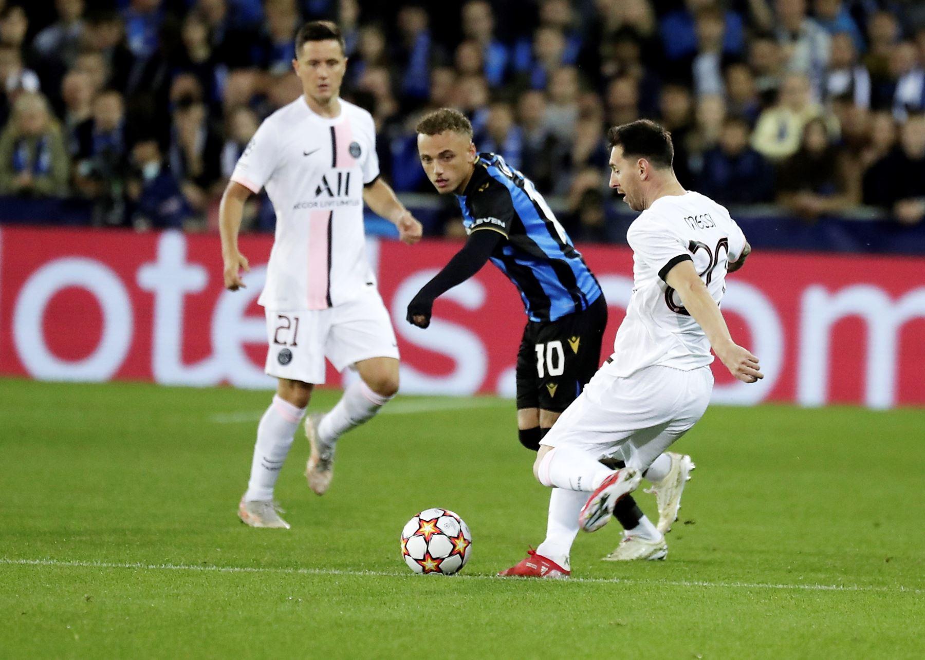 Noa Lang del Club Brujas en acción contra Lionel Messi del Paris Saint-Germain durante el grupo A de la Liga de Campeones de la UEFA de fútbol entre el Club Brujas y el Paris Saint-Germain . Foto: EFE