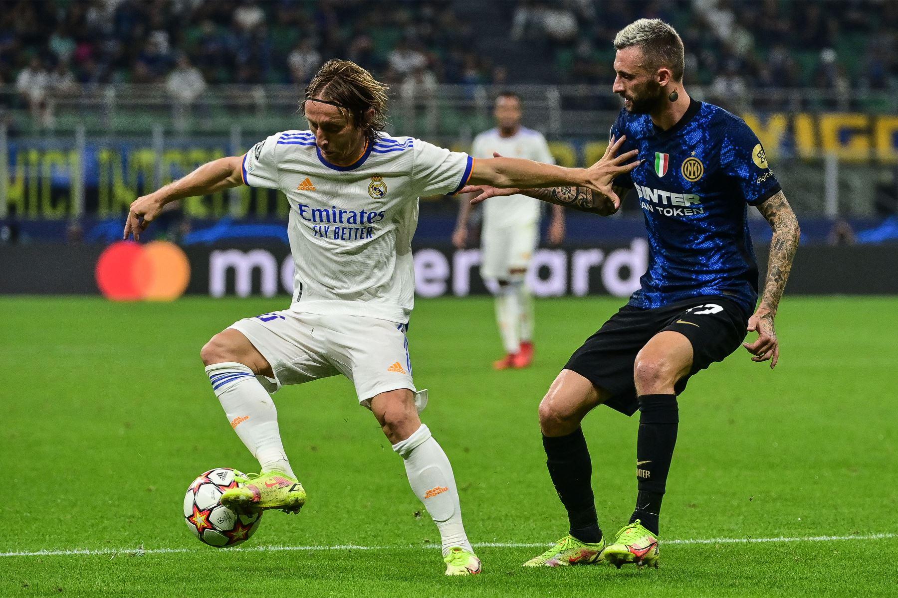 El centrocampista croata del Real Madrid Luka Modric  frena al centrocampista croata del Inter de Milán Marcelo Brozovic durante el partido de fútbol del Grupo D de la Liga de Campeones de la UEFA entre el Inter de Milán y el Real Madrid. Foto: AFP