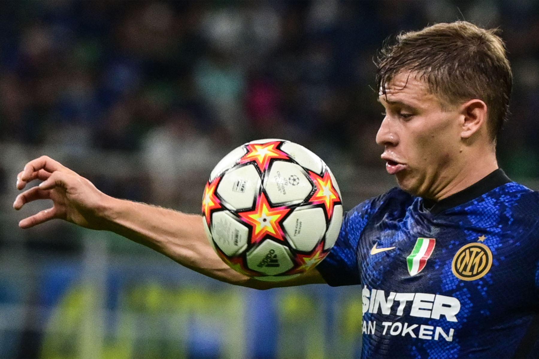 El centrocampista italiano del Inter de Milán Nicolo Barella controla el pecho del balón durante el partido de fútbol del Grupo D de la Liga de Campeones de la UEFA entre el Inter de Milán y el Real Madrid. Foto: AFP