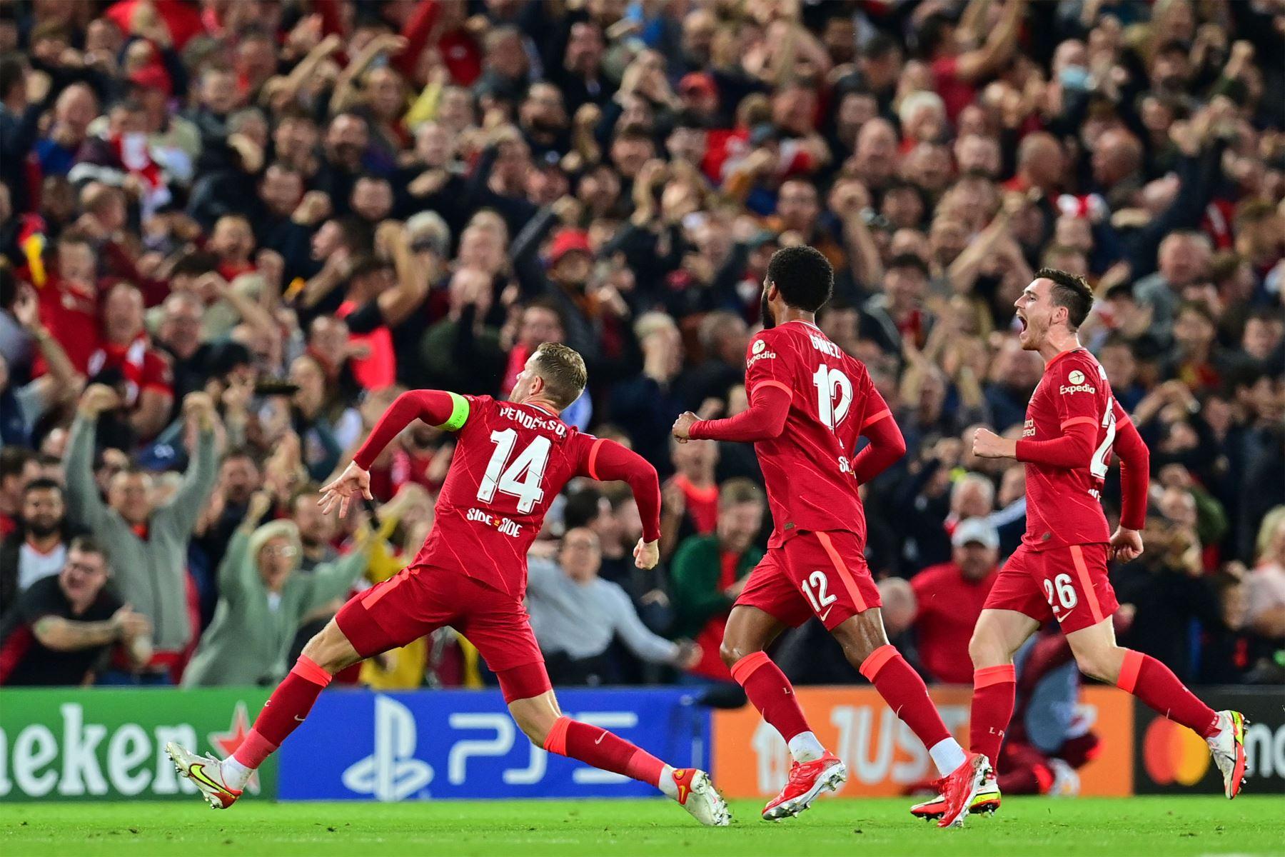 El centrocampista inglés del Liverpool Jordan Henderson celebra con sus compañeros de equipo después de anotar el tercer gol de su equipo durante el partido de fútbol del Grupo B de la primera ronda de la Liga de Campeones de la UEFA entre el Liverpool y el AC Milán. Foto: AFP