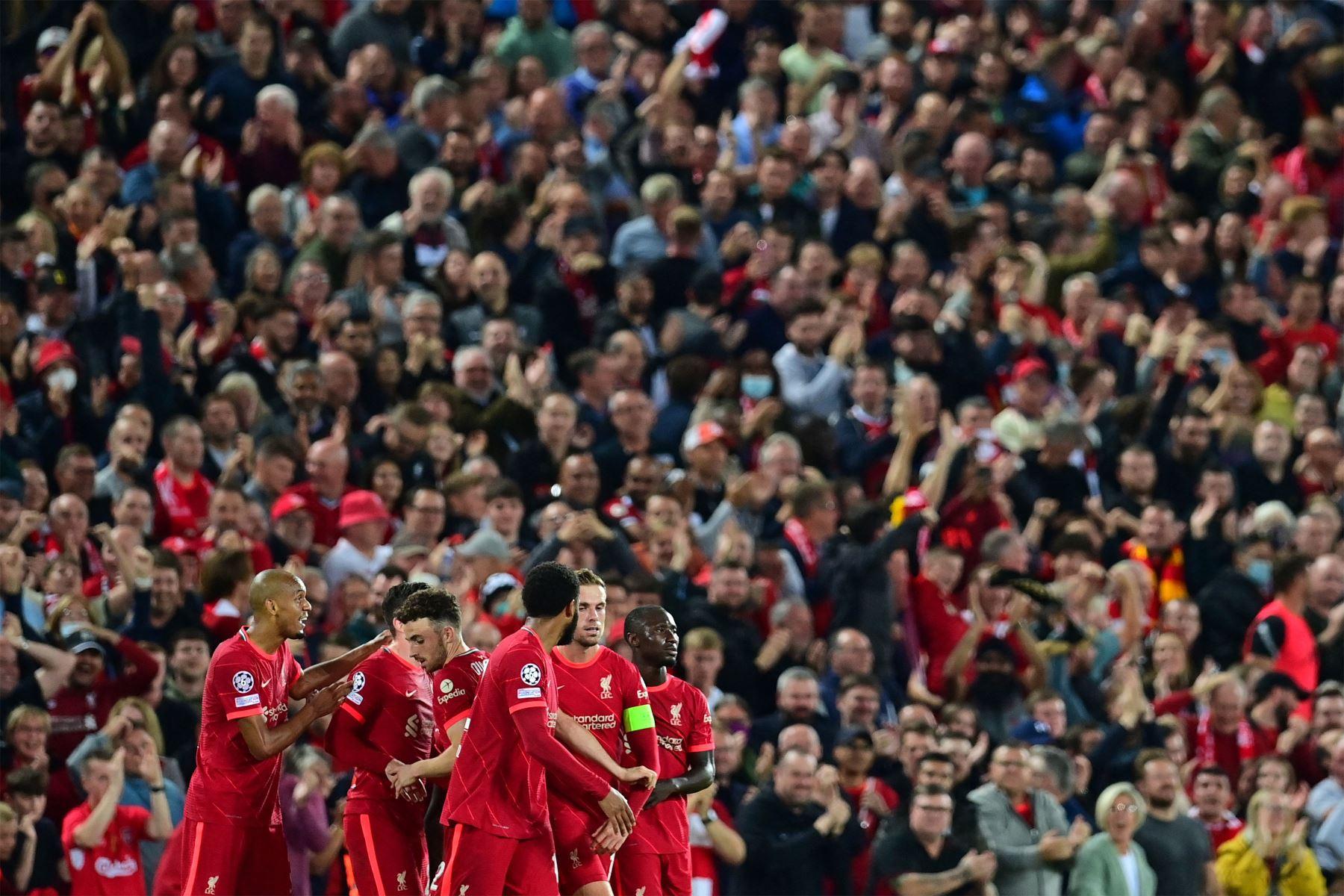 El centrocampista inglés del Liverpool, Jordan Henderson, celebra con sus compañeros de equipo después de anotar el tercer gol de su equipo durante el partido de fútbol del Grupo B de la primera ronda de la Liga de Campeones de la UEFA entre el Liverpool y el AC Milán. Foto: AFP