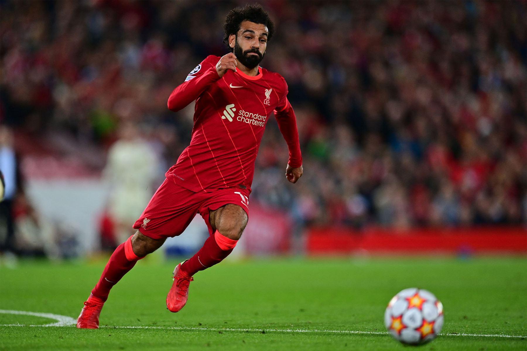 El centrocampista egipcio del Liverpool, Mohamed Salah, persigue el balón durante el partido de fútbol del Grupo B de la primera ronda de la Liga de Campeones de la UEFA entre el Liverpool y el AC Milán. Foto: AFP
