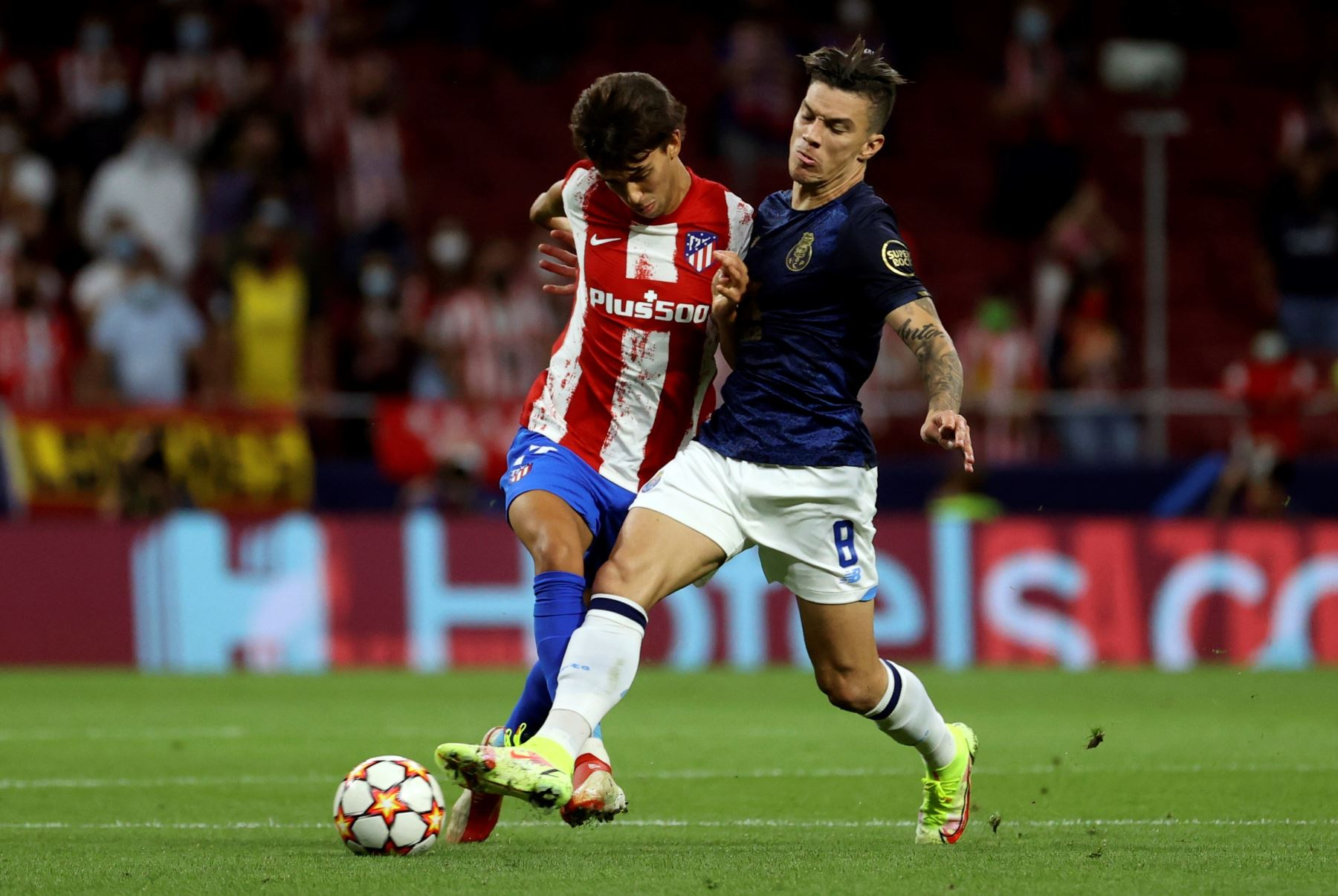 El delantero portugués del Atlético de Madrid Joao Félix lucha con el colombiano Andrés Uribe, del Oporto. EFE/Juanjo Martín