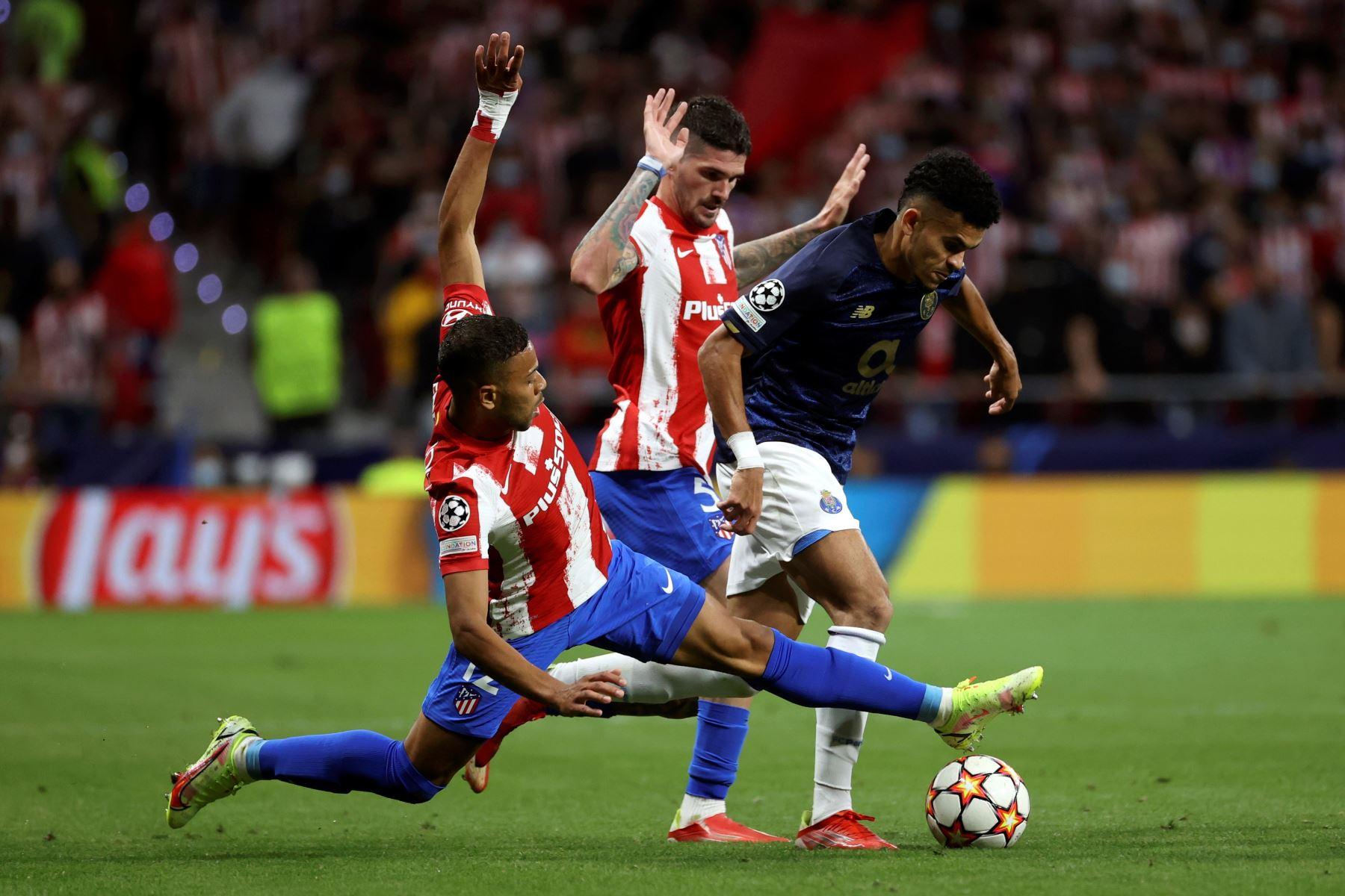 El defensa brasileño del Atlético de Madrid Renan Augusto Lodi lucha con el colombiano Luis Díaz, del Oporto. EFE/Juanjo Martín