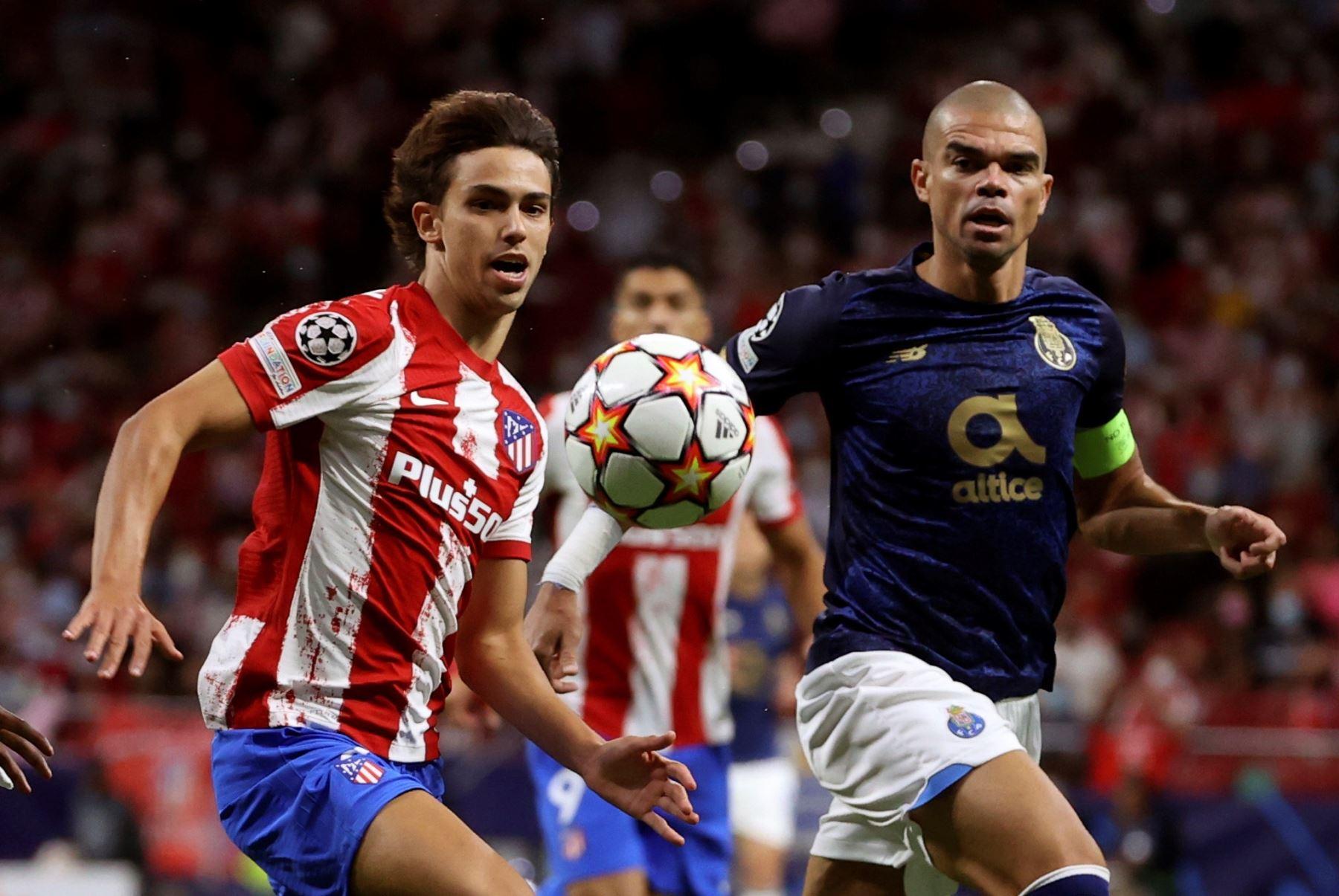 El delantero Atlético de Madrid Joao Félix pelea un balón con Pepe, del Oporto, durante el partido de la primera jornada de la fase de grupos de la Liga de Campeones. EFE/Juanjo Martín