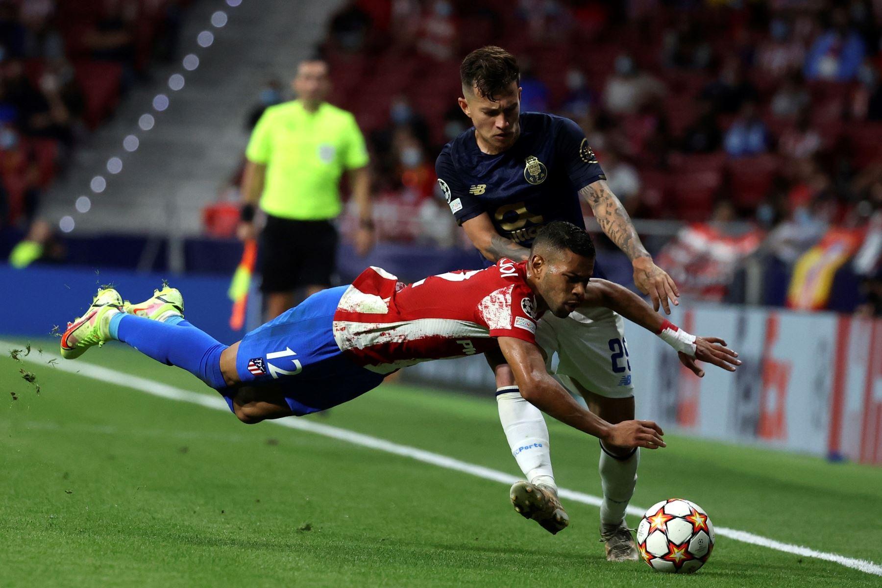 El defensa brasileño del Atlético de Madrid Renan Augusto Lodi lucha con el brasileño Otávio Edmilson da Silva, del Oporto. EFE/Kiko Huesca