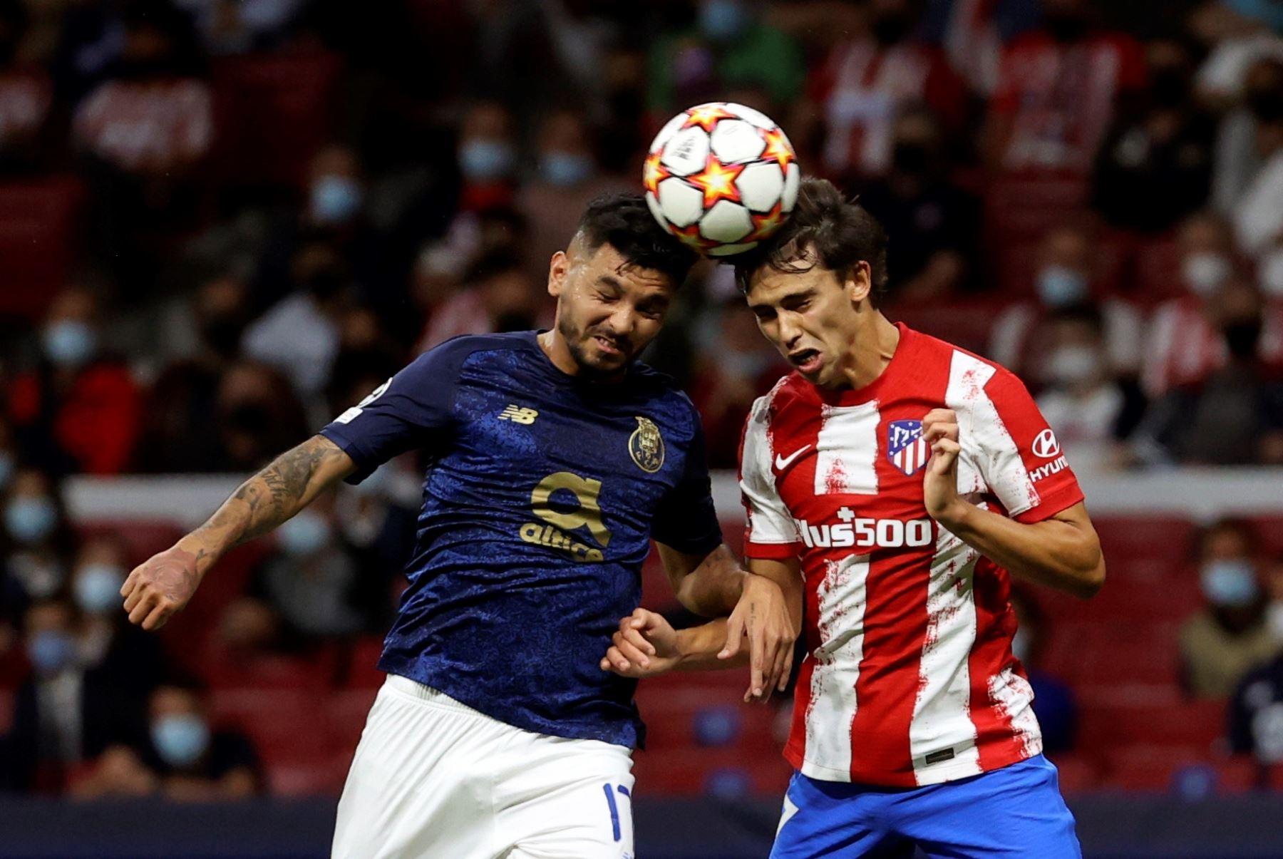 El delantero del Atlético de Madrid Joao Félix cabecea un balón junto a Jesús Corona, del Oporto. EFE/Juanjo Martín