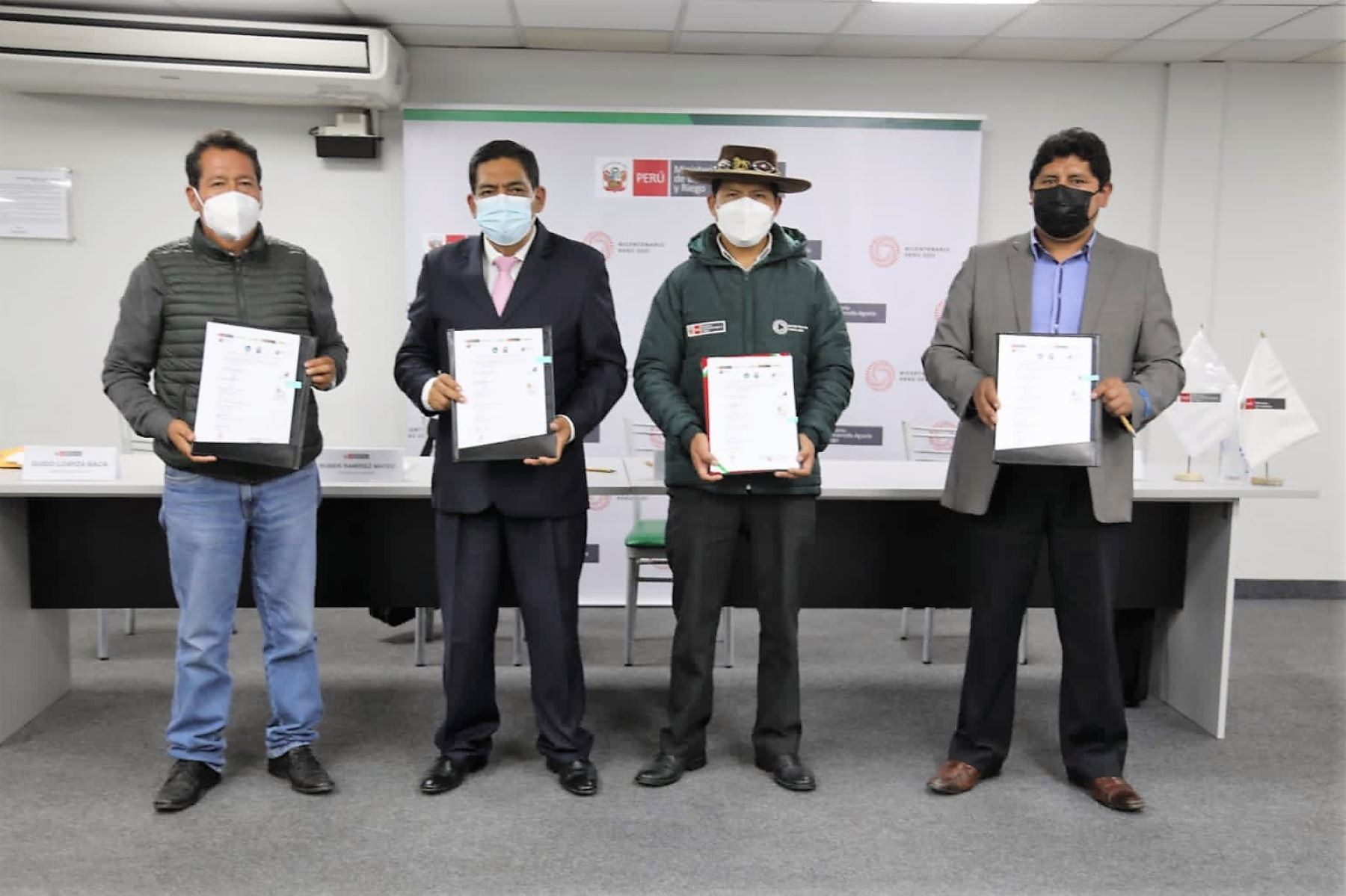 Ministros del Ambiente y de Desarrollo Agrario y Riego, Rubén Ramírez y Víctor Maita, firmaron un convenio con autoridades de Andahuaylillas y Lucre. Foto: ANDINA/Difusión
