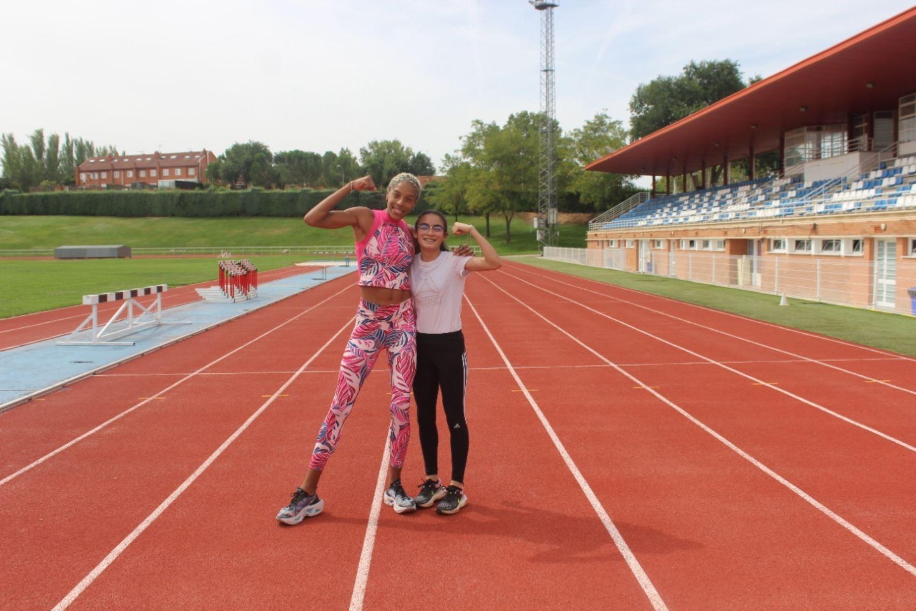 Cayetana Chirinos posa junto  a la campeona olímpica en salto triple, Yulimar Rojas y sueña con seguir sus pasos