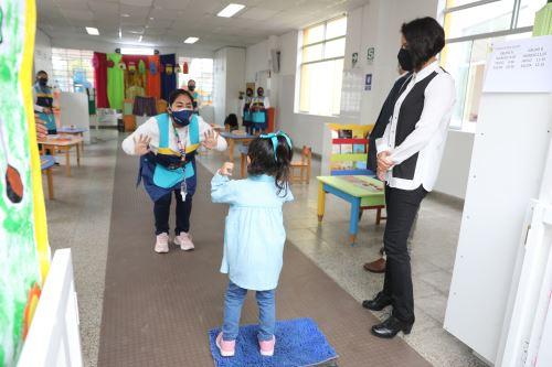 Ministro de Educación supervisa la jornada semipresencial de clases de la IEI 42 Elizabeth Espejo de Marroquín en Miraflores