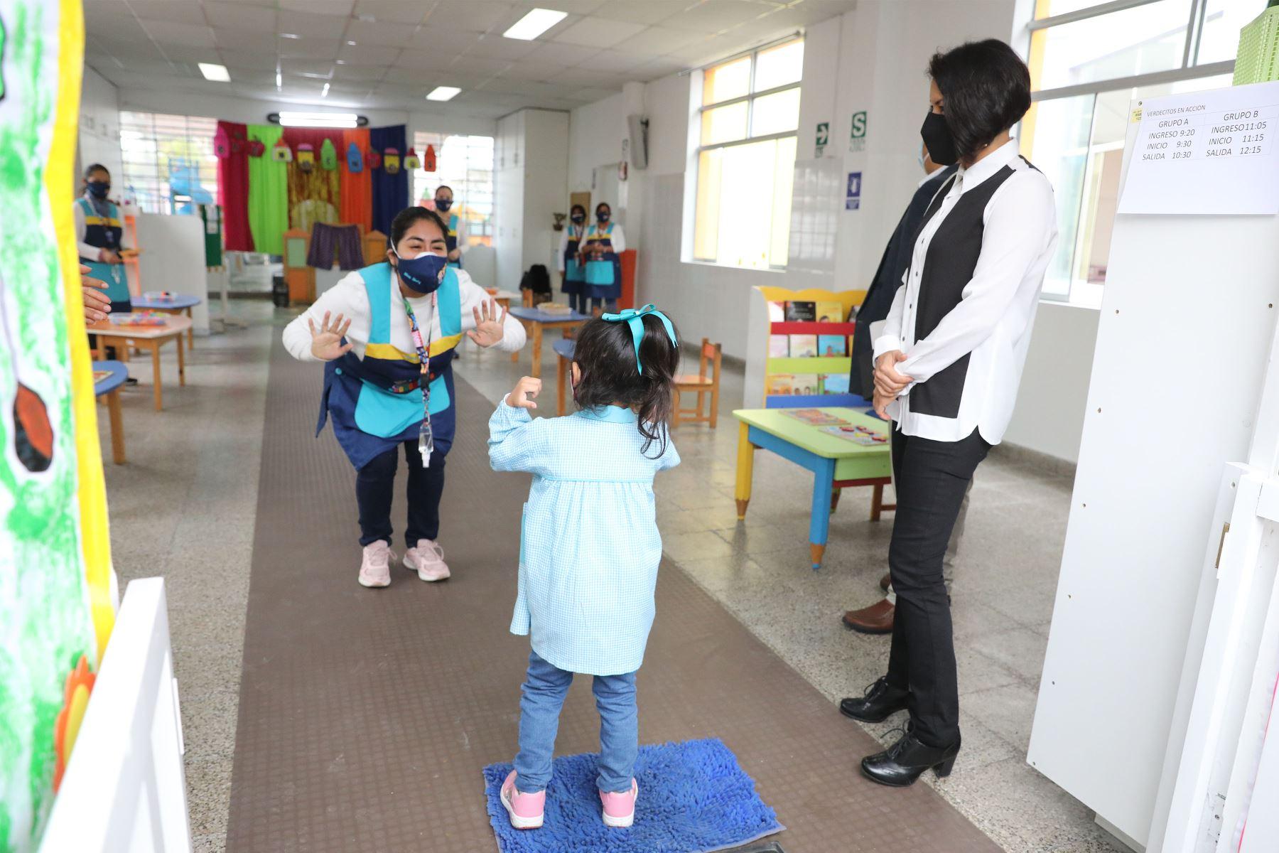 Ministro de Educación, Juan Cadillo, supervisa la jornada semipresencial de clases de la IEI 42 Elizabeth Espejo de Marroquín,   colegio  ubicado en el distrito de Miraflores. Foto: ANDINA/ Andrés Valle
