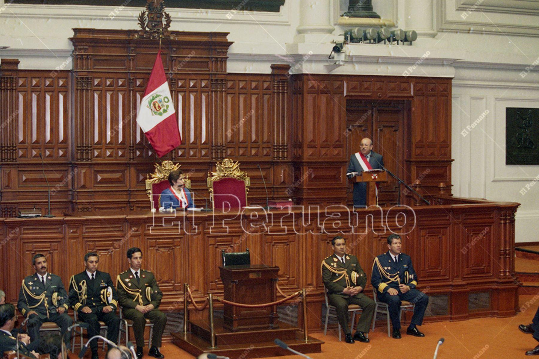Lima - 22 noviembre 2000 / Juramentación de Valentín Paniagua Corazao como presidente de la República en la sede del Congreso.  Foto: Archivo Histórico de El Peruano / Ricardo Choy-Kifox