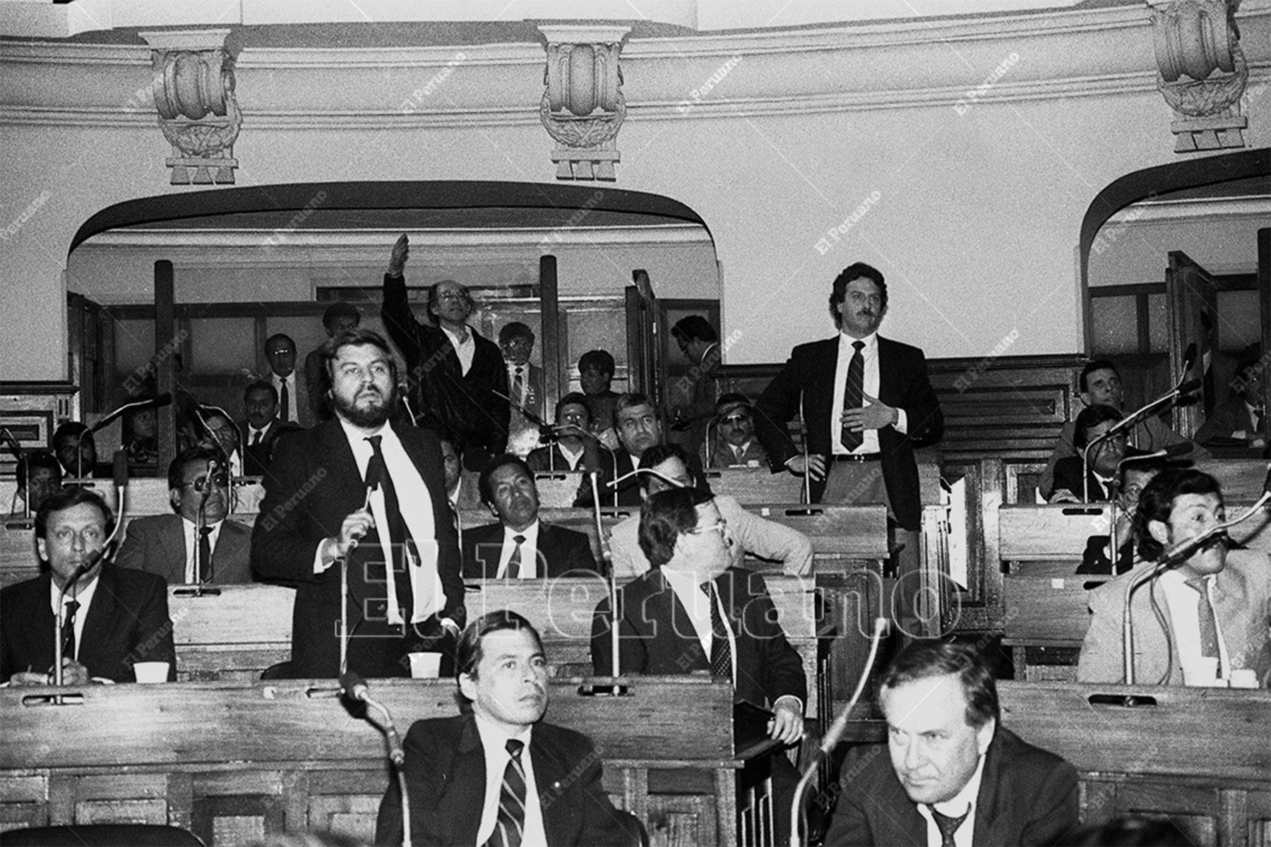 Lima - 26 julio 1990 / Los diputados Fernando Olivera y Ricardo Letts durante la elección del presidente de la Cámara de Diputados.  Foto: Archivo Histórico de El Peruano / Norman Córdova