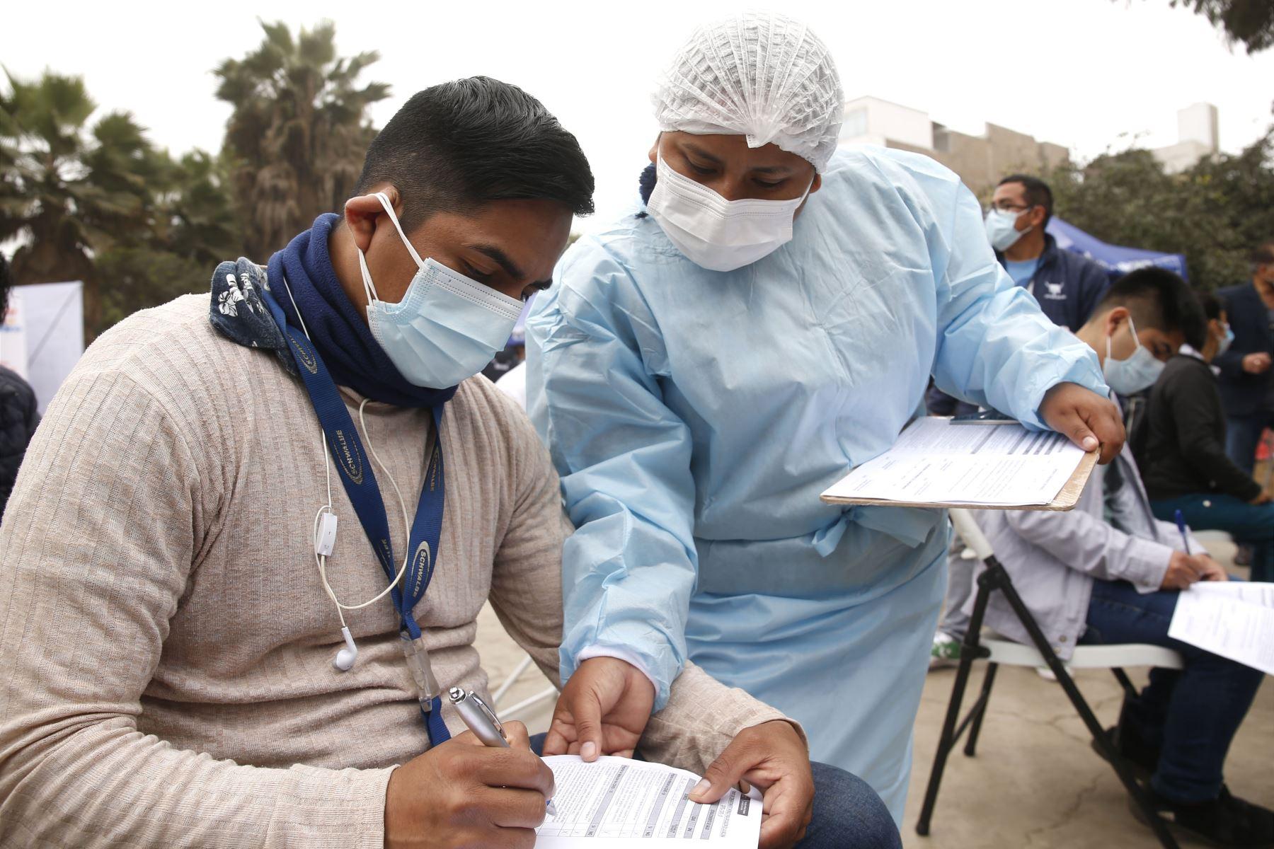 Viceministro  de Prestaciones y Aseguramiento en Salud, Bernardo  Ostos, supervisa campaña de Salud en San Juan de Lurigancho. Foto: Minsa