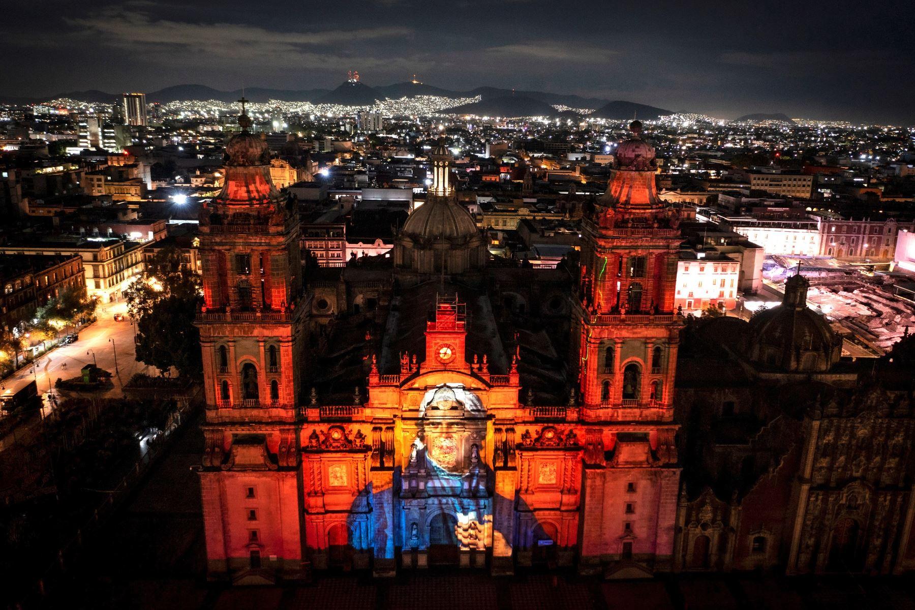 Proyección de un video con tecnología mapping en la Catedral muestra la imagen de José María Morelos y Pavón durante la ceremonia del 211 aniversario del Grito de Independencia, en Ciudad de México. Foto: EFE