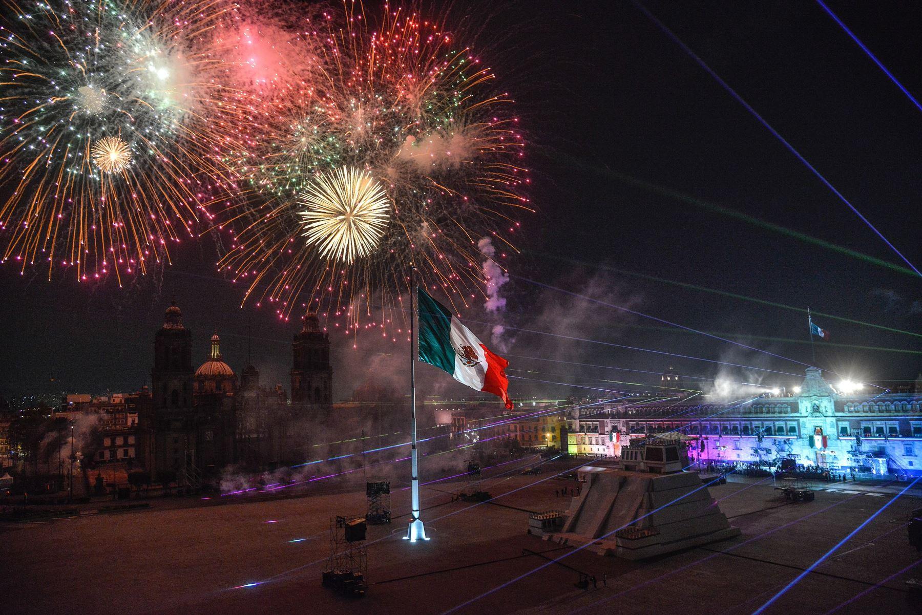 Luces y juegos pirotécnicos en el cielo de la Plaza del Zócalo durante la ceremonia del 211 aniversario del Grito de Independencia de México.  Foto: EFE