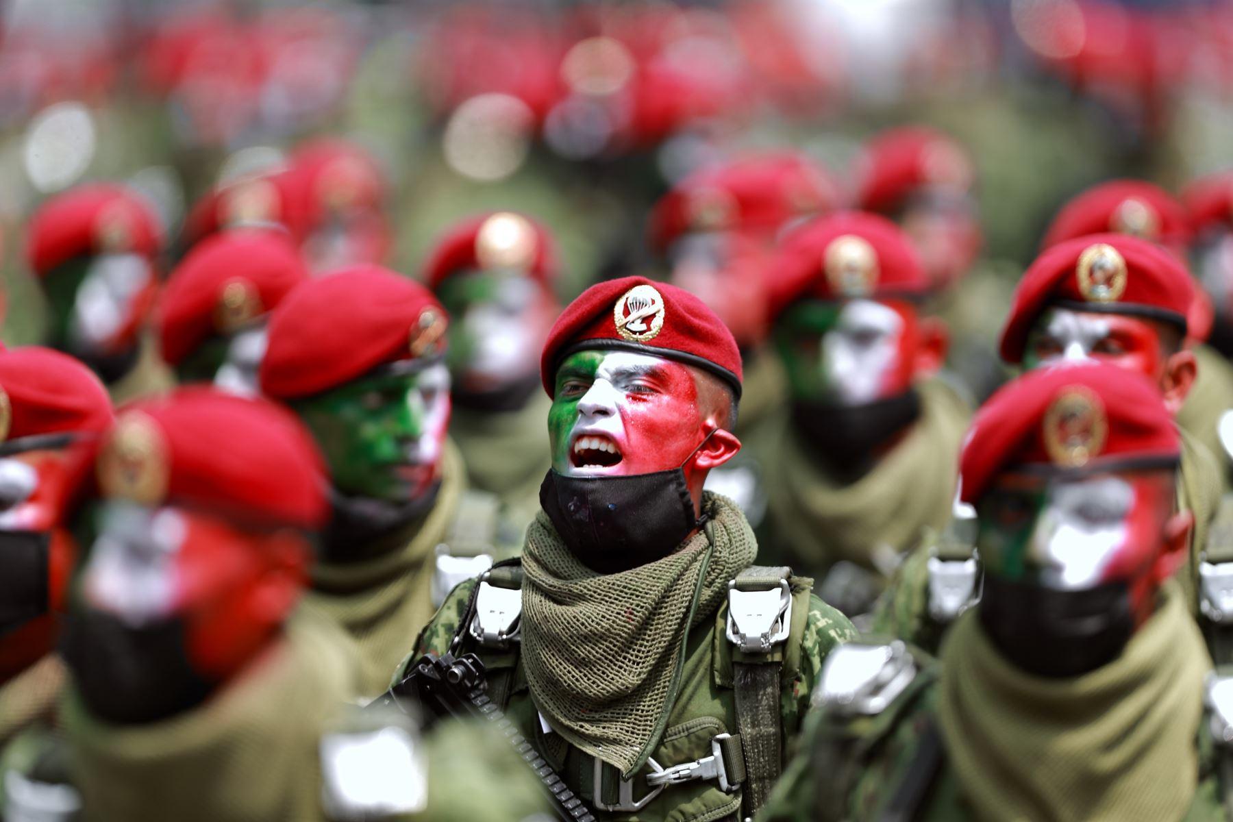 Soldados marchan durante el desfile militar por el 211 Aniversario de la Independencia de México, en el Paseo de la Reforma. Foto: EFE