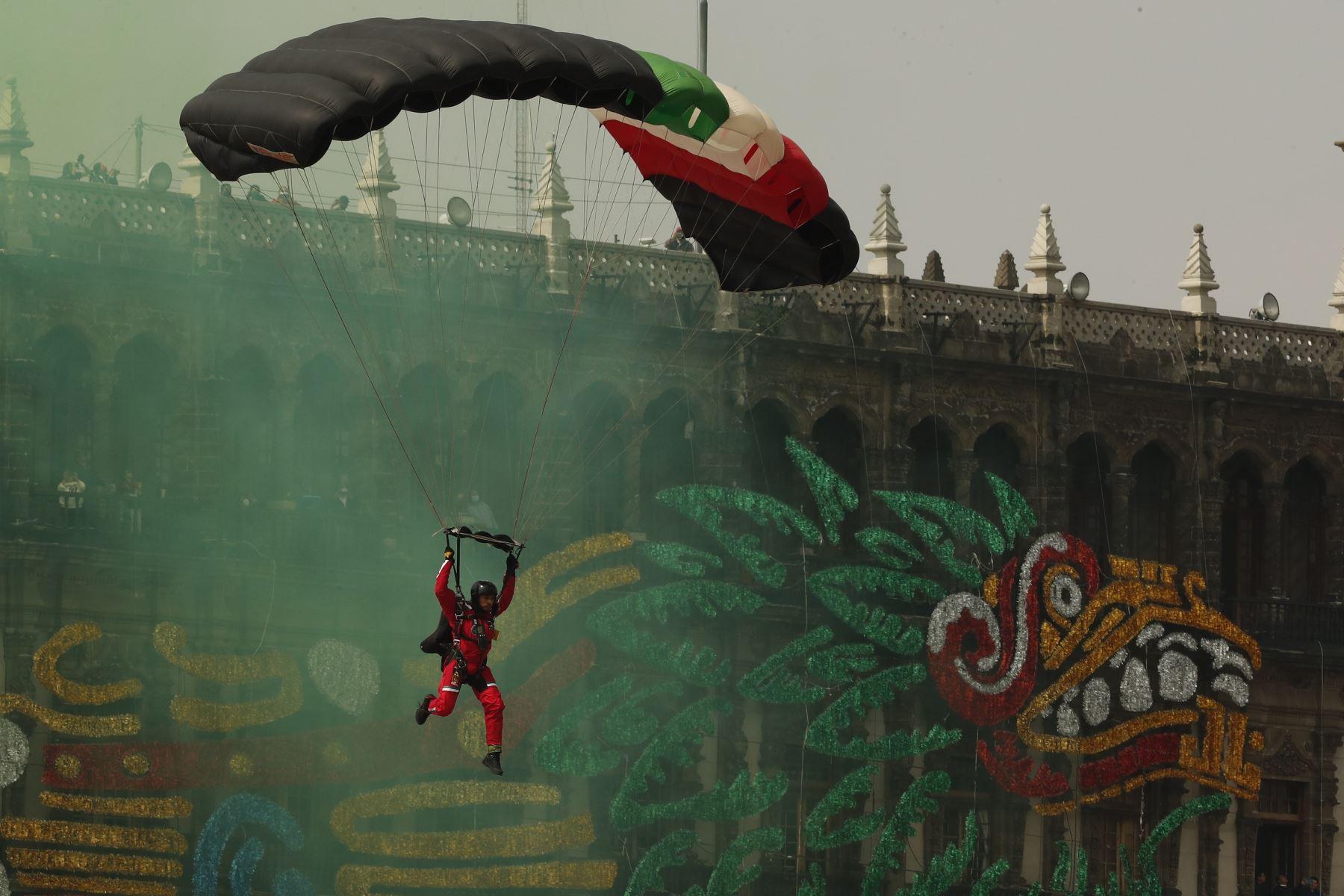 Aniversario de la Independencia de México se desarrolla en el Zócalo de Ciudad de México.  Foto: EFE