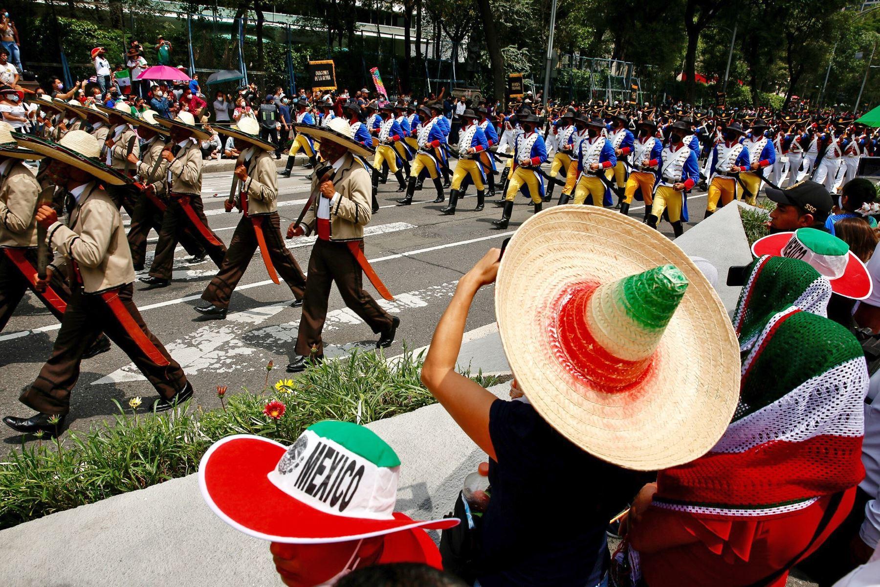 Personas observan el desfile militar por el 211 Aniversario de la Independencia de México. Foto: EFE