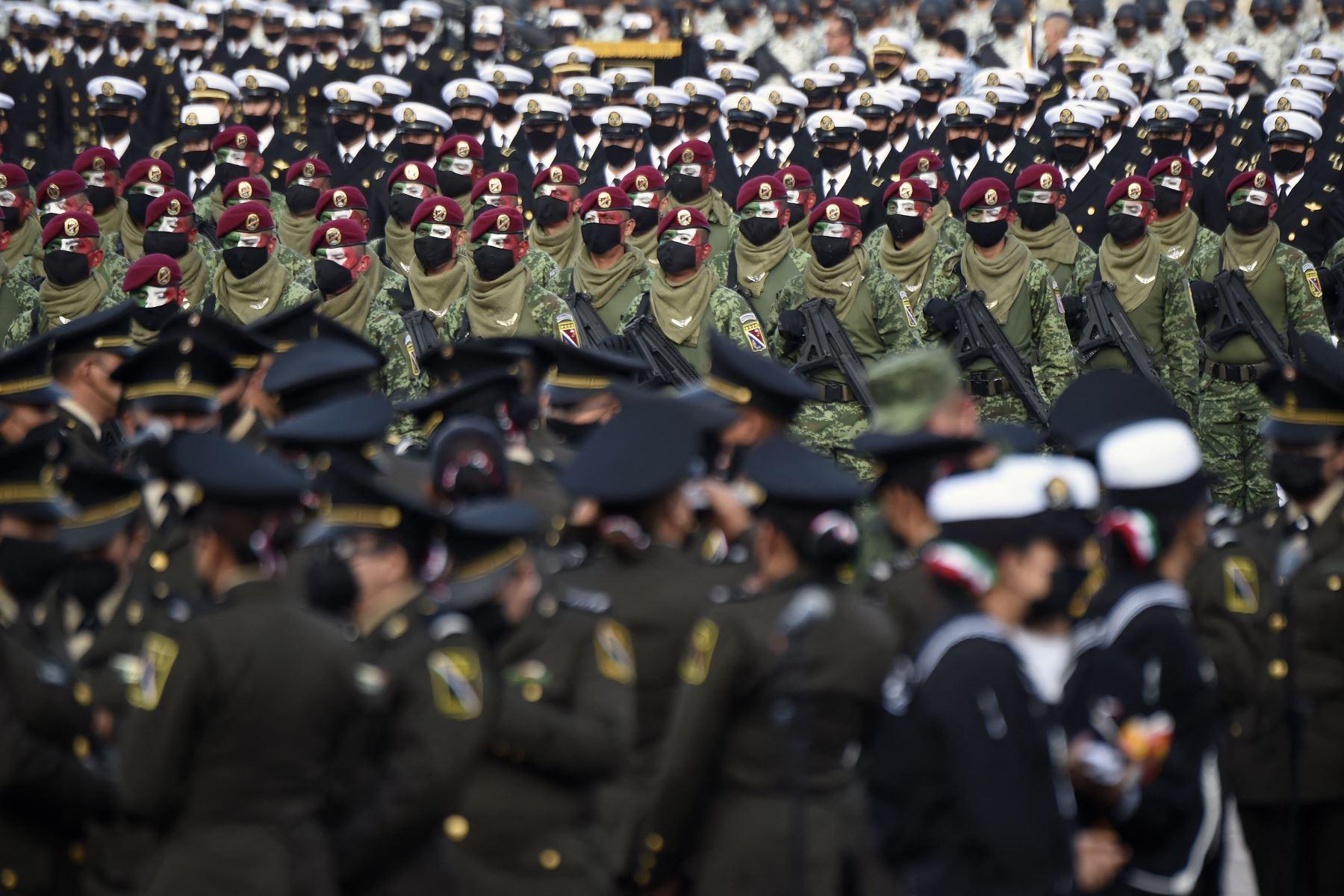 Soldados mexicanos participan en el desfile militar por el 211 aniversario del Día de la Independencia, en la Plaza Zócalo de la Ciudad de México. Foto: AFP