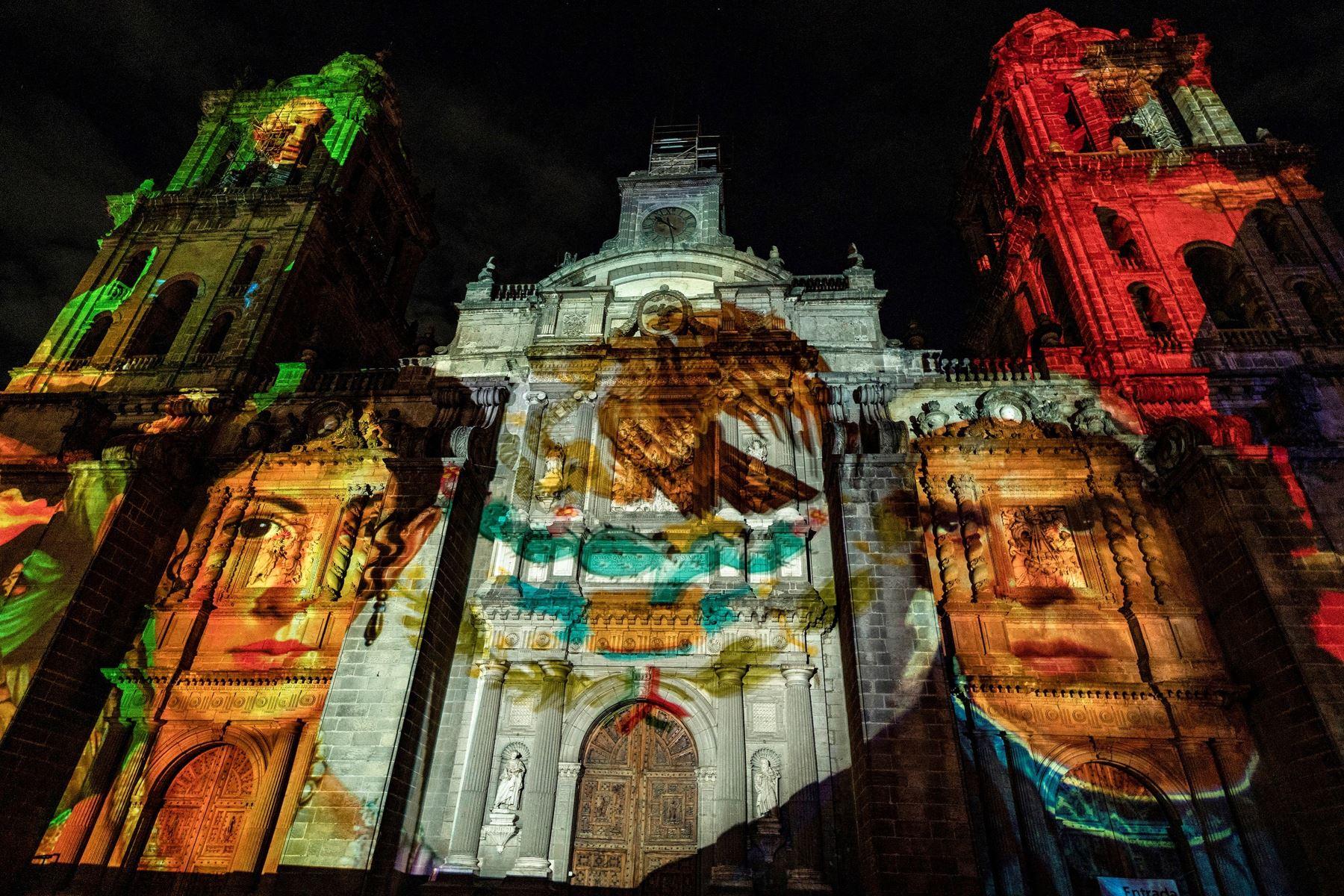 La proyección de un video con tecnología mapping en la Catedral muestra la imagen de José María Morelos y Pavón durante la ceremonia del 211 aniversario del Grito de Independencia, en Ciudad de México. Foto: EFE