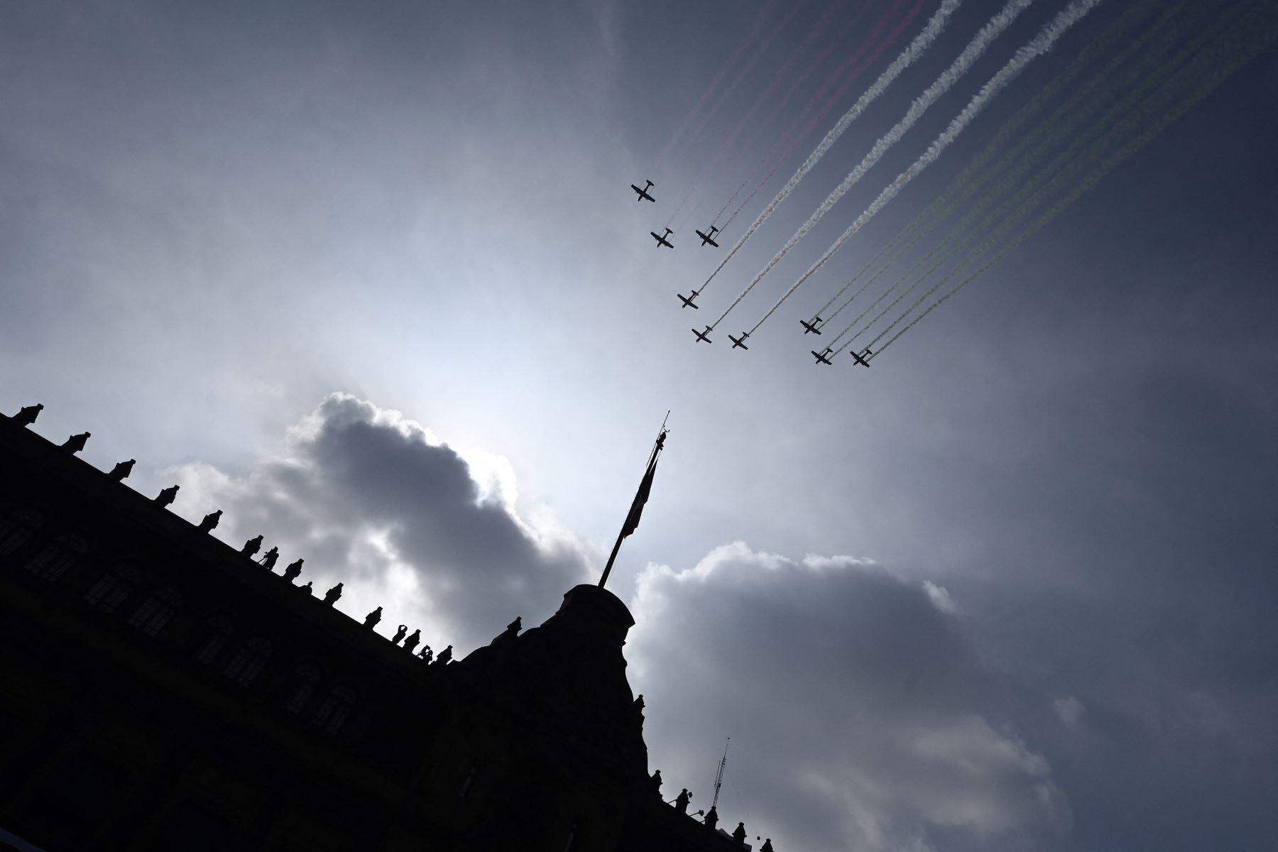 Aviones de la Fuerza Aérea Mexicana actúan durante el desfile militar por el 211 aniversario del Día de la Independencia en la Plaza Zócalo de la Ciudad de México. Foto: AFP