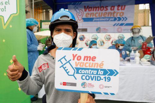 Minsa supervisa la vacunación contra la covid -19 a trabajadores de la Línea 1 del Metro de Lima