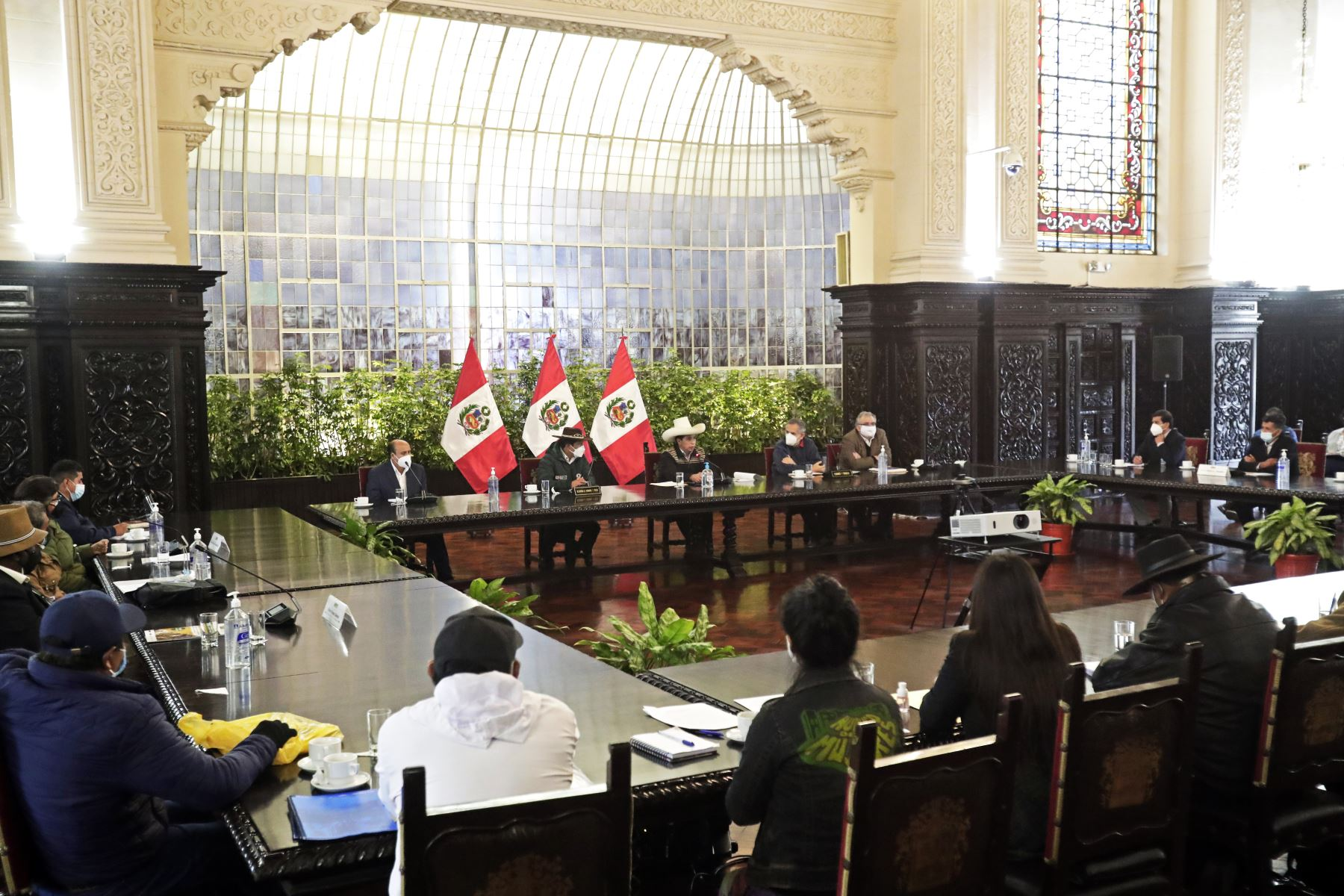 El presidente de la República, Pedro Castillo, junto al ministro de Desarrollo Agrario y Riego, Víctor Maita, sostuvo reunión con delegaciones del sector agrario. Foto: ANDINA/Prensa Presidencia