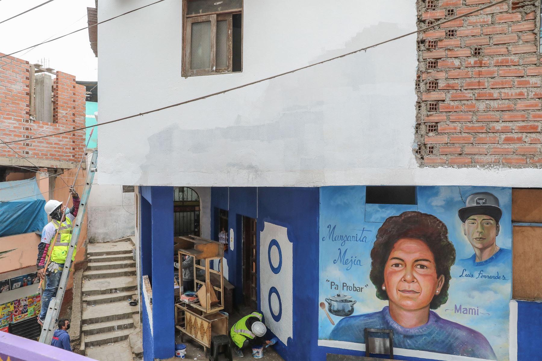 """El AA. HH. Leticia está dividido en 12 sectores. Por una estrategia de """"buena relación vecinal"""", Daniel y Carla decidieron incluir a personas por cada sector donde pintaban.  Foto: ANDINA/Andrés Valle"""
