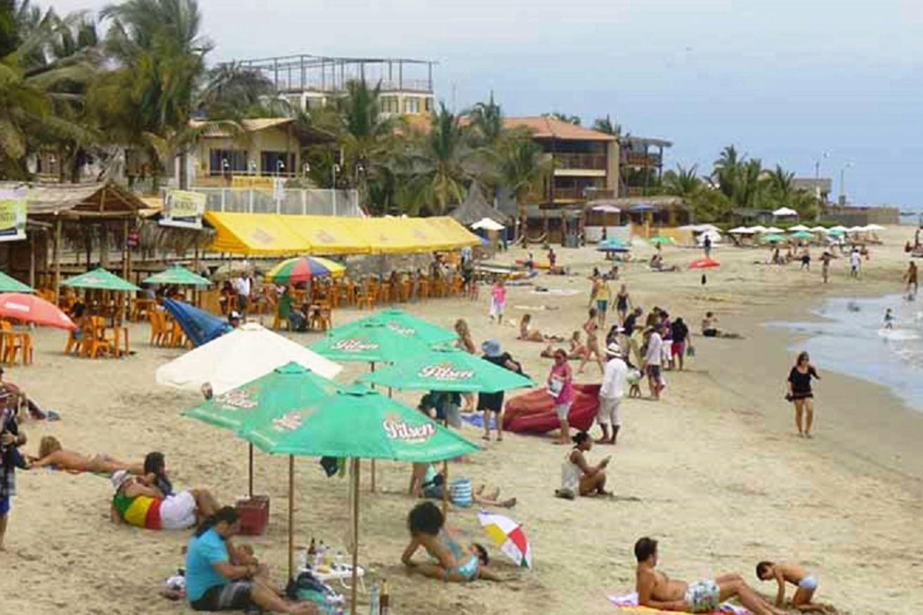 Máncora es una de las playas del norte peruano preferidas por los turistas y que cuenta con protocolo sanitario para evitar el contagio del covid-19, así como el sello internacional Safe Travels que lo acredita como destino bioseguro.  ANDINA/Archivo