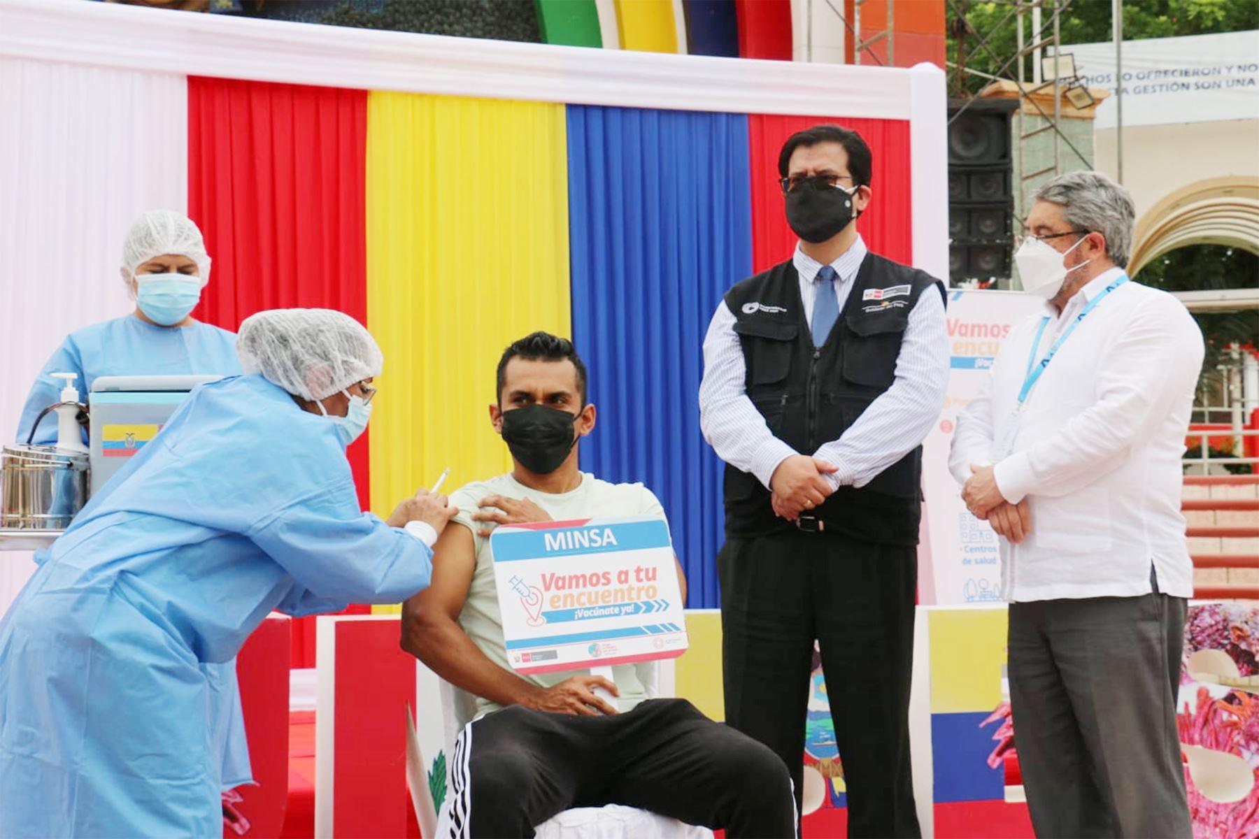 Hoy inicia la estrategia de vacunación binacional entre Perú y Ecuador que beneficiará a más de 94 000 personas en la región Tumbes. Son 336 000 dosis donadas por el gobierno de Ecuador, señaló el viceministro de Salud Pública, Gustavo Rosell. Foto: ANDINA/Minsa