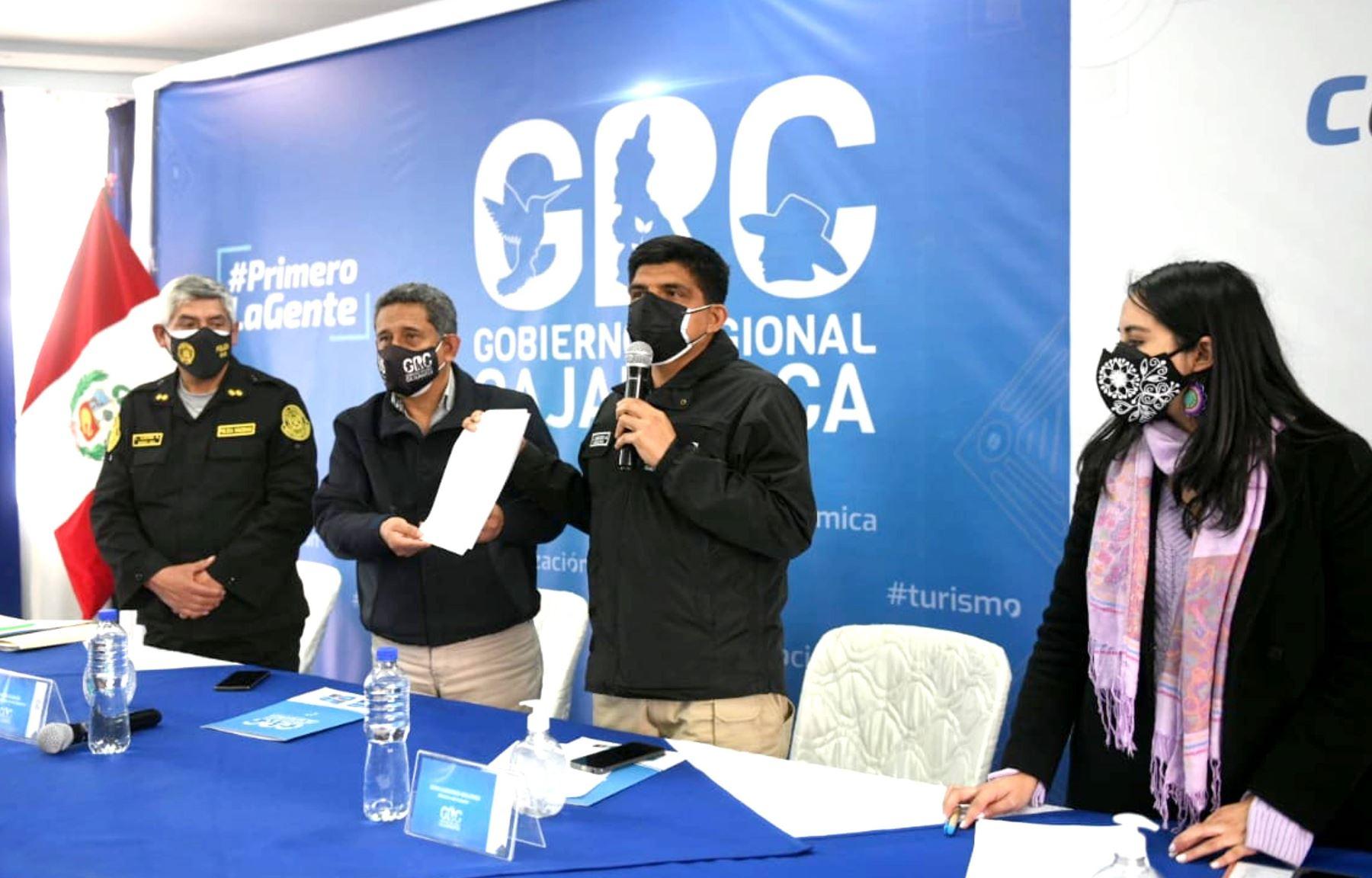 El ministro del Interior, Juan Carrasco Millones, y el gobernador regional de Cajamarca, Mesías Guevara, suscribieron un convenio de cooperación interinstitucional para la adquisición de vehículos que servirán para fortalecer la capacidad operativa de la Policía Nacional y reforzar el patrullaje y la seguridad ciudadana en dicha región del país. Foto: ANDINA/Mininter
