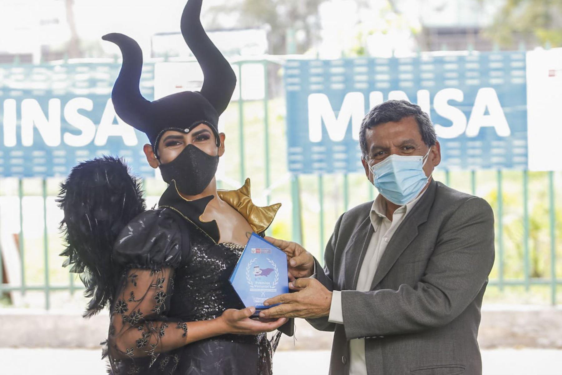Ganadores del concursos de disfraces y pijamas recibieron varios premios y el reconocimiento por motivar a muchos jóvenes a vacunarse en los VacunaFest. Foto: ANDINA/Minsa