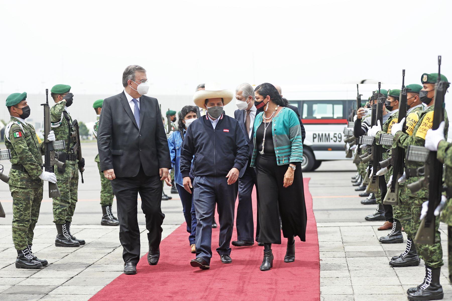 El presidente Pedro Castillo arribó a la ciudad de México y fue recibido por el canciller Marcelo Ebrard y la secretaria de Cultura, Alejandra Frausto. Foto: ANDINA/Prensa Presidencia