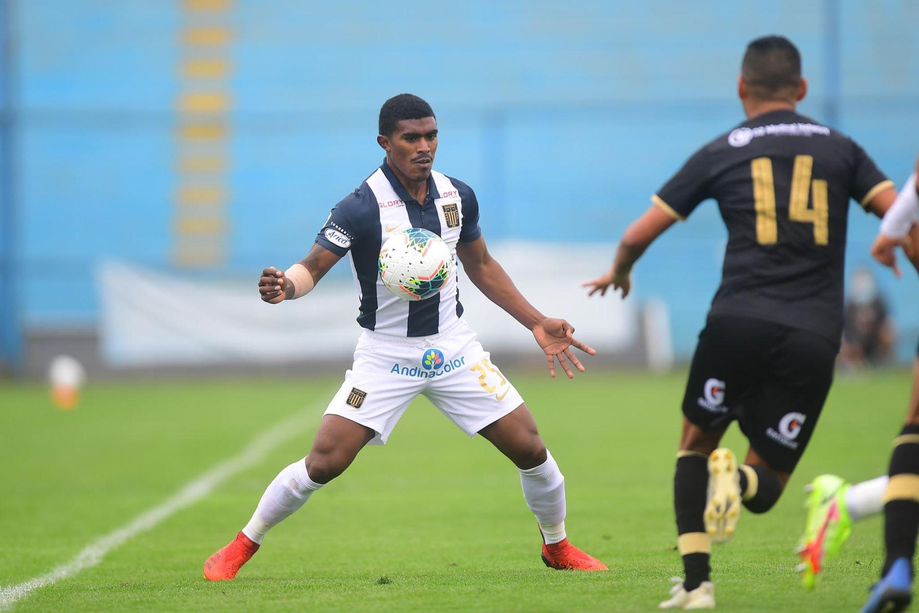 O. Mora de Alianza Lima disputa un balón ante la marca de E. Aubert durante partido por la fecha 11 de la Liga 1, en el estadio Alberto Gallardo. Foto: Liga 1