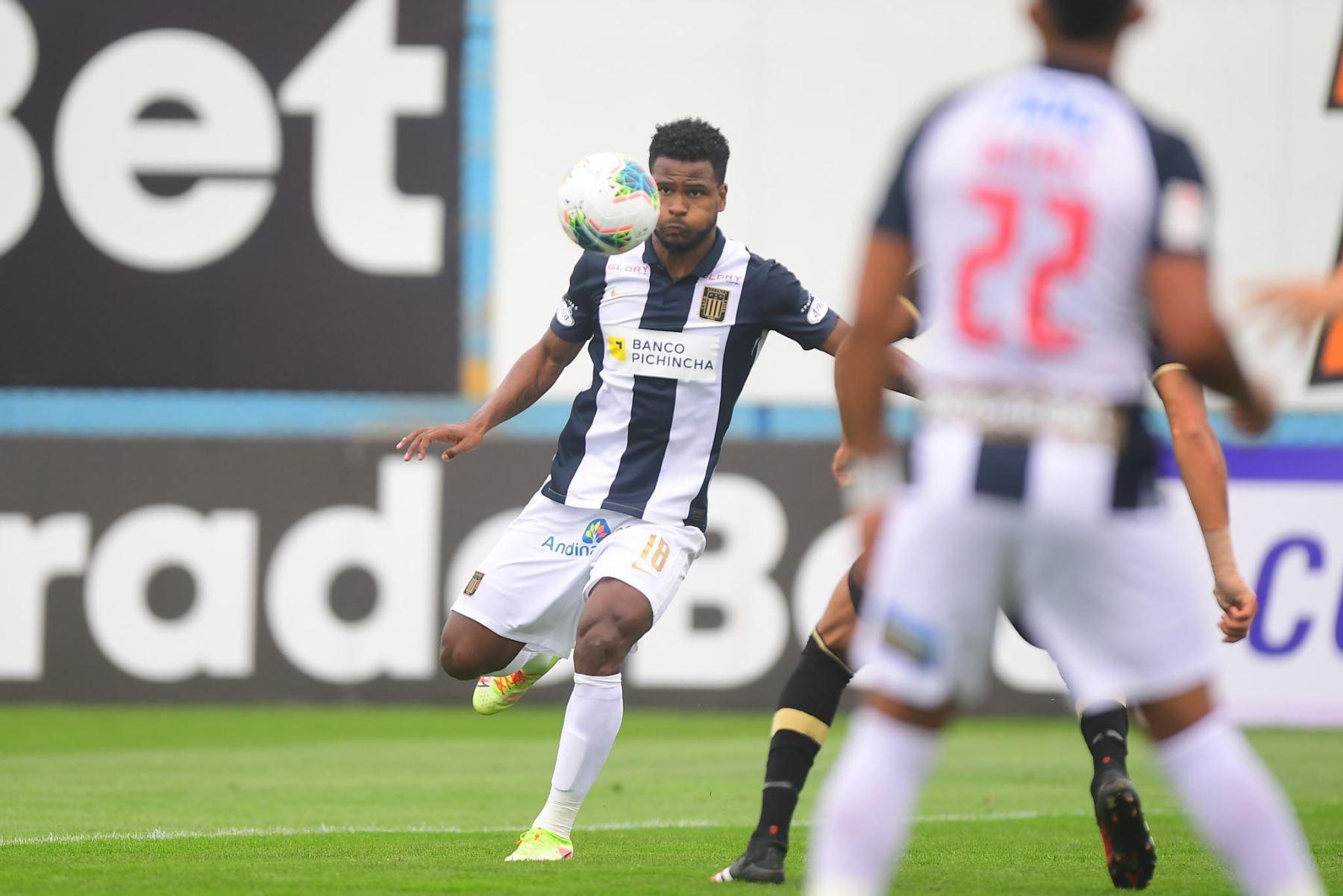A. Rodríguez de Alianza Lima controla el balón durante partido ante Cusco FC por la fecha 11 de la Liga 1, en el estadio Alberto Gallardo. Foto: Liga 1
