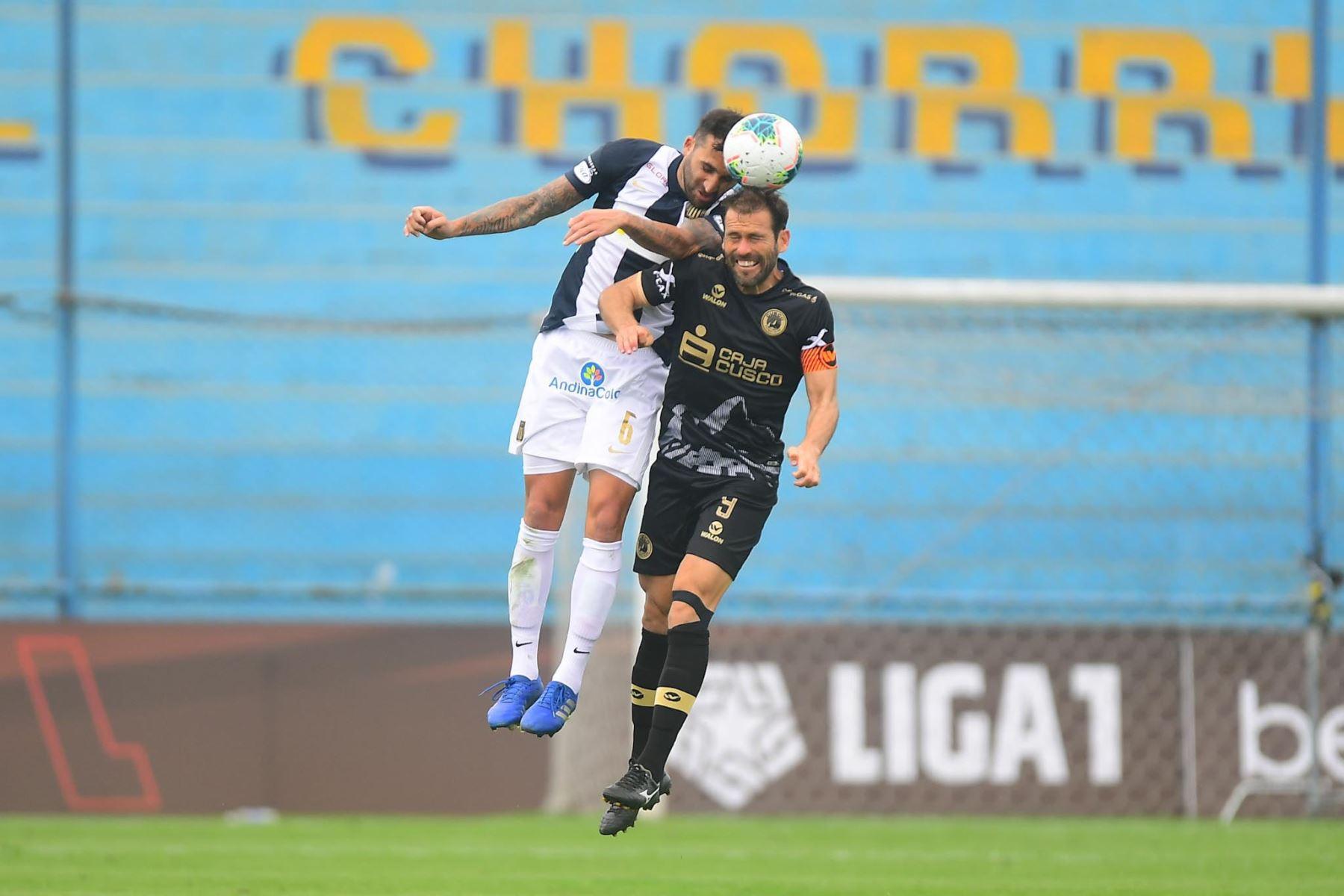 P. Migues de Alianza Lima disputa un balón ante M. Montes de Cusco FC durante partido por la fecha 11 de la Liga 1, en el estadio Alberto Gallardo. Foto: Liga 1