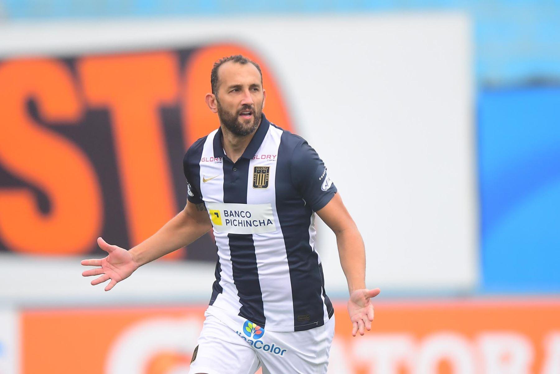Hernán Barcos de Alianza Lima marca el 1-0 ante Cusco FC durante partido por la fecha 11 de la Liga 1, en el estadio Alberto Gallardo. Foto: Liga 1