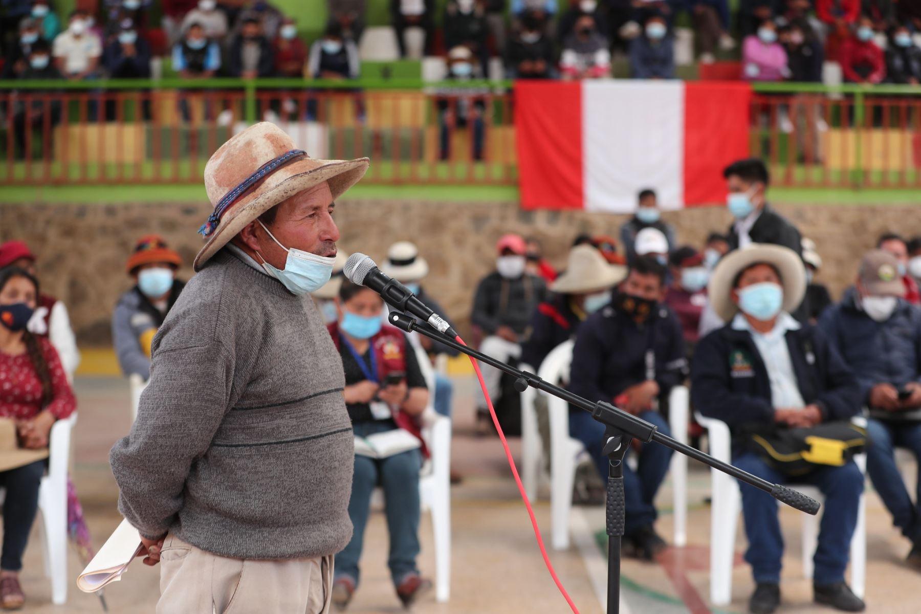 El presidente del Consejo de Ministros, Guido Bellido, encabeza la reunión con autoridades y dirigentes en el distrito de Tambobamba, provincia de Cotabambas, departamento de Apurímac, donde se dialoga sobre el conflicto entre la comunidad y la empresa minera Las Bambas. Foto: PCM