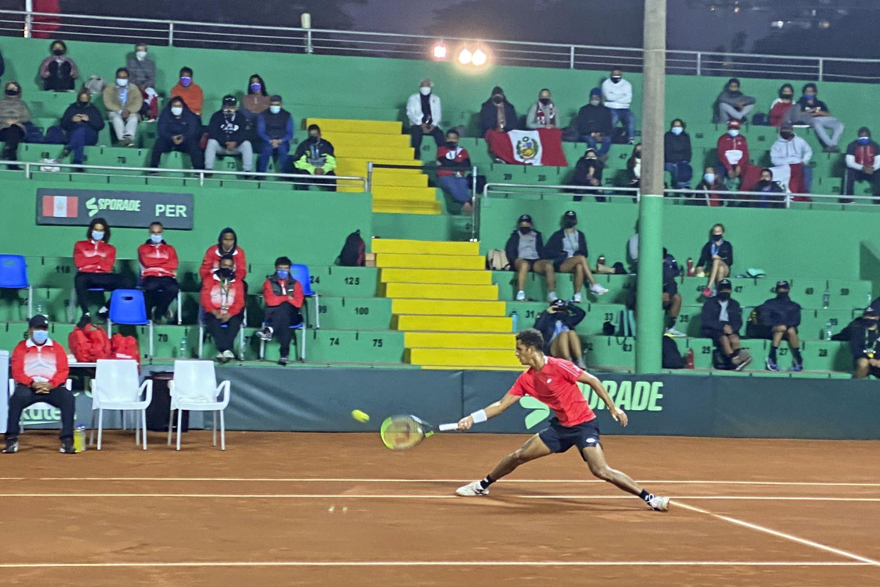 Juan Pablo Varillas ganó con autoridad ambos sets para empatar la serie entre Perú y Bosnia y Herzegovina. Foto: @elpoliperu