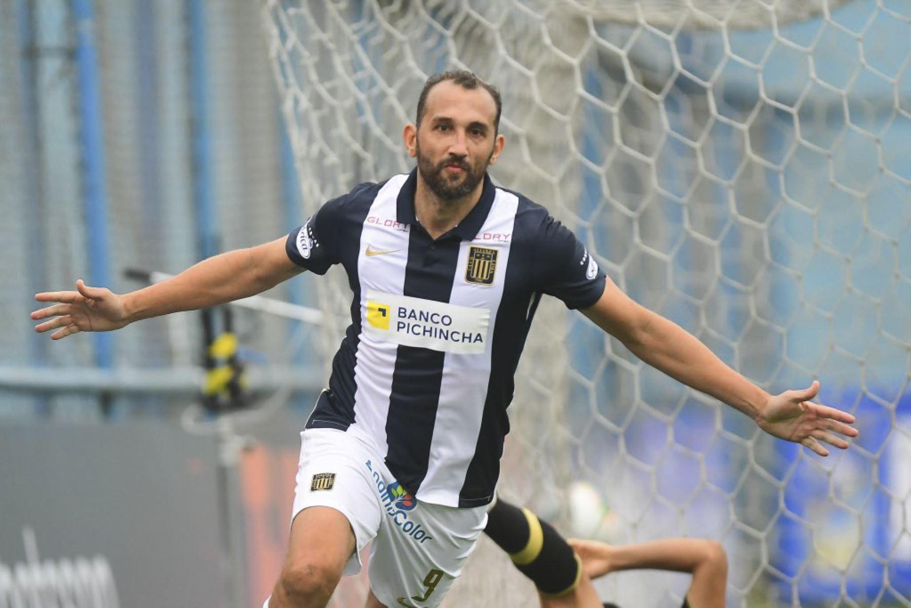 Hernán Barcos de Alianza Lima marca el 2-0 ante Cusco FC durante partido por la fecha 11 de la Liga 1, en el estadio Alberto Gallardo. Foto: Liga 1
